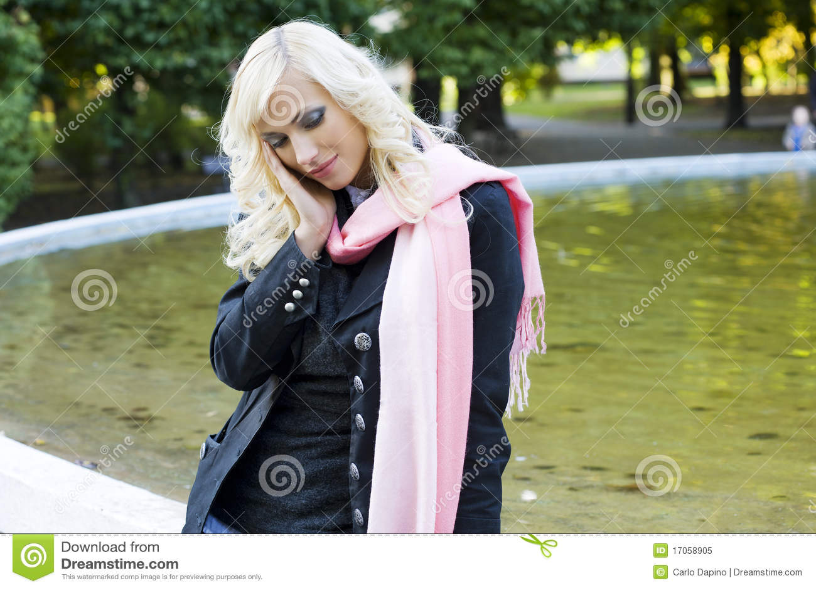 ξανθό κορίτσι πηγών πλησίον
