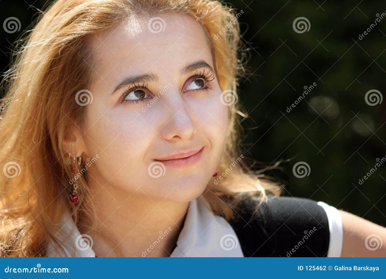 ξανθό κορίτσι που ανατρέχε