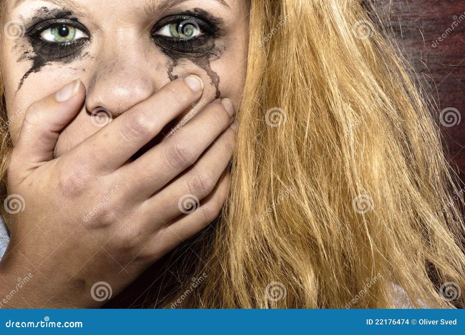 Ξανθό κορίτσι που καλύπτει το στόμα της