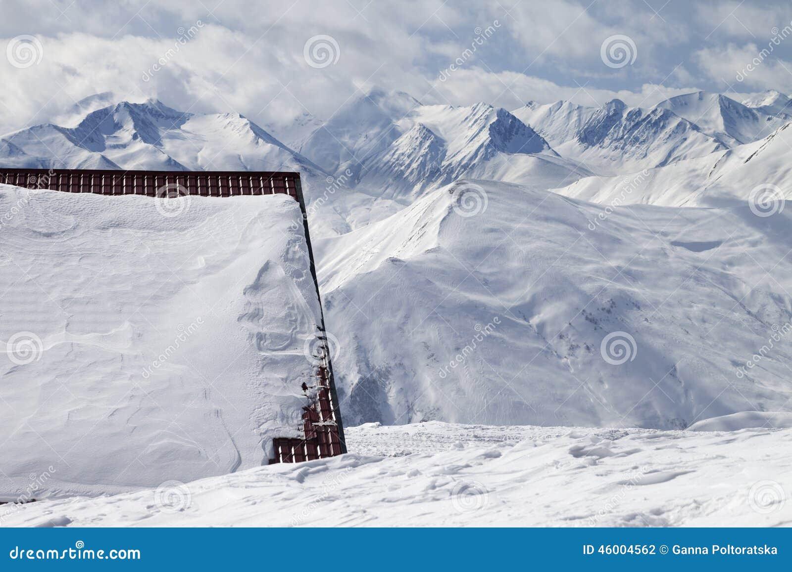 Ξενοδοχείο στην κλίση χιονιού και σκι