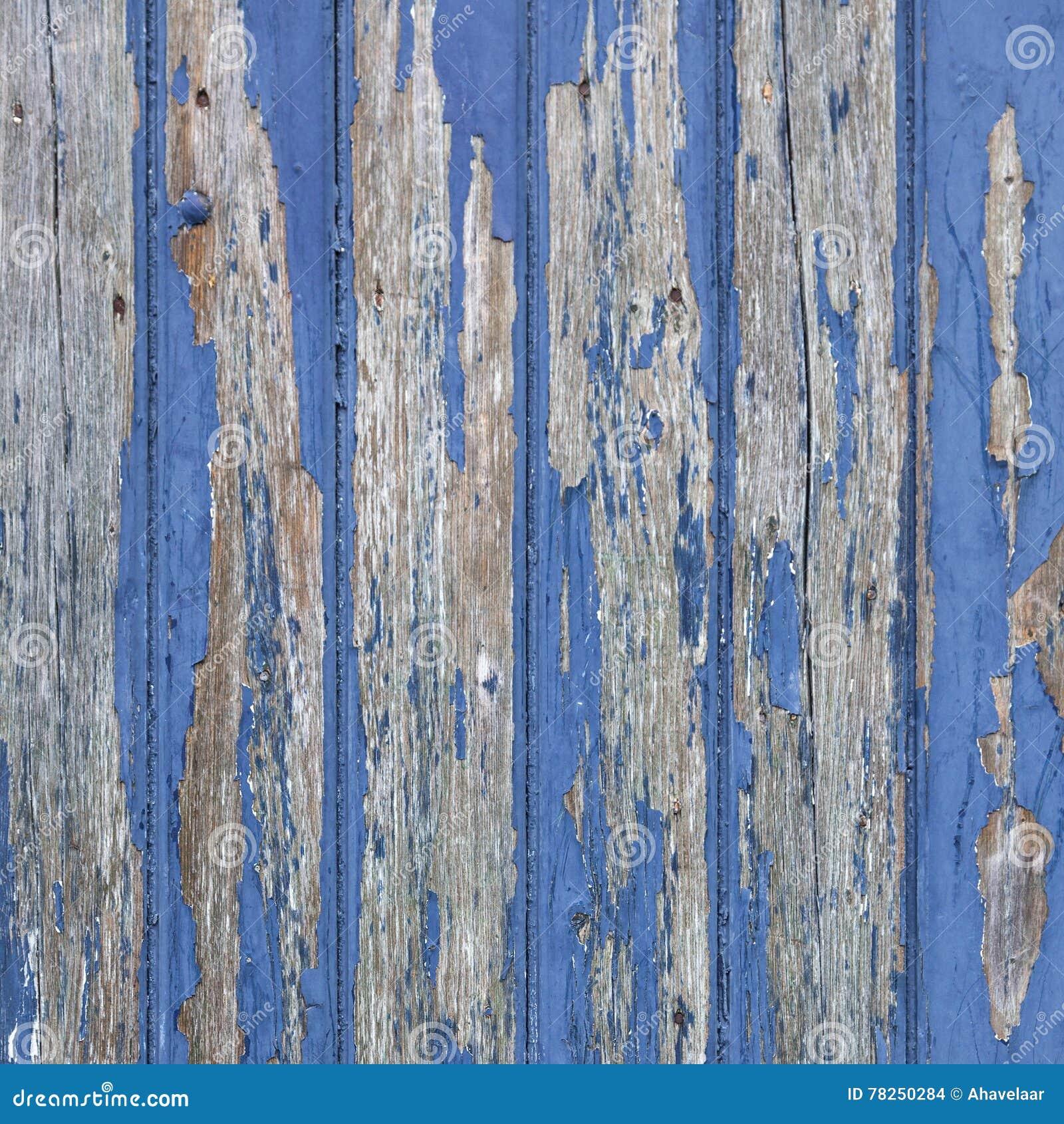 Ξεφλούδισμα του μπλε χρώματος στην ξύλινο πόρτα ή το φράκτη
