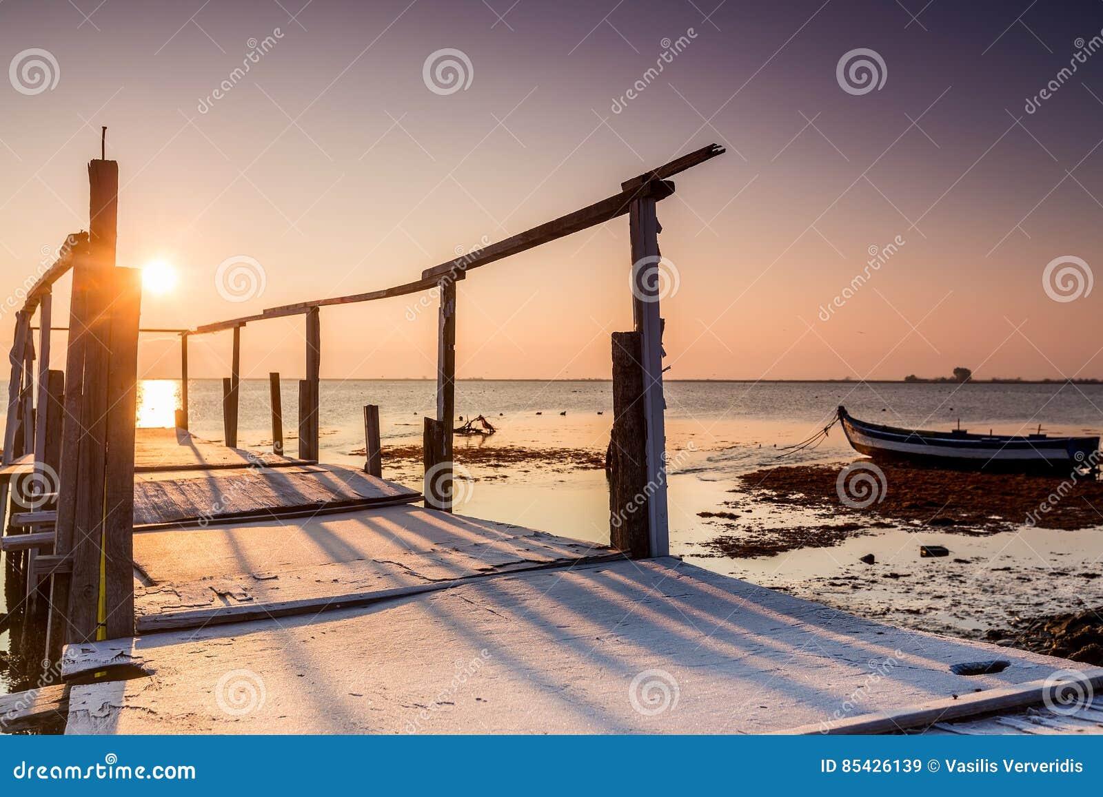 Ξημερώματα, μαγική ανατολή πέρα από τη θάλασσα