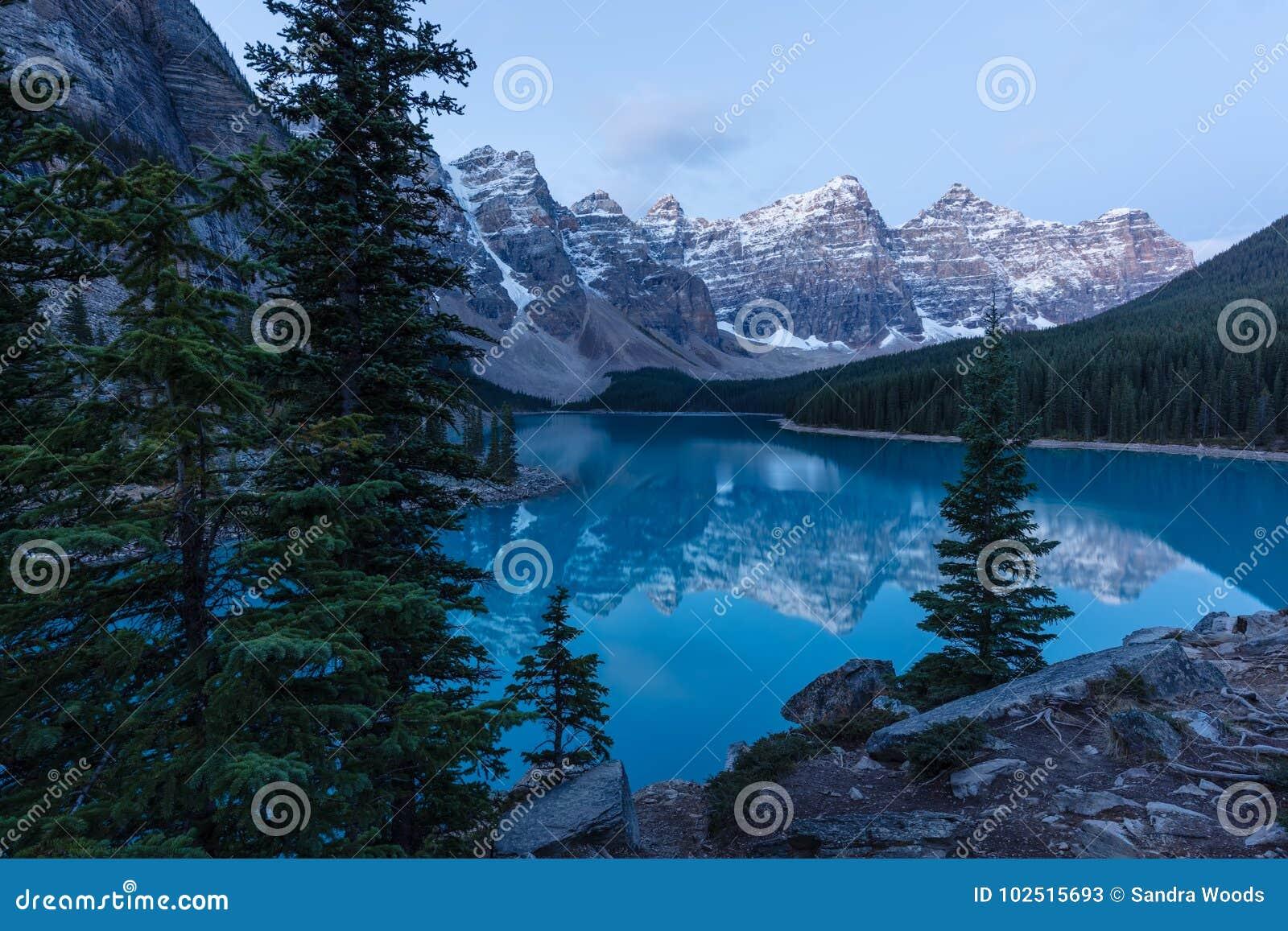 Ξημερώματα στη λίμνη Moraine στο εθνικό πάρκο Banff