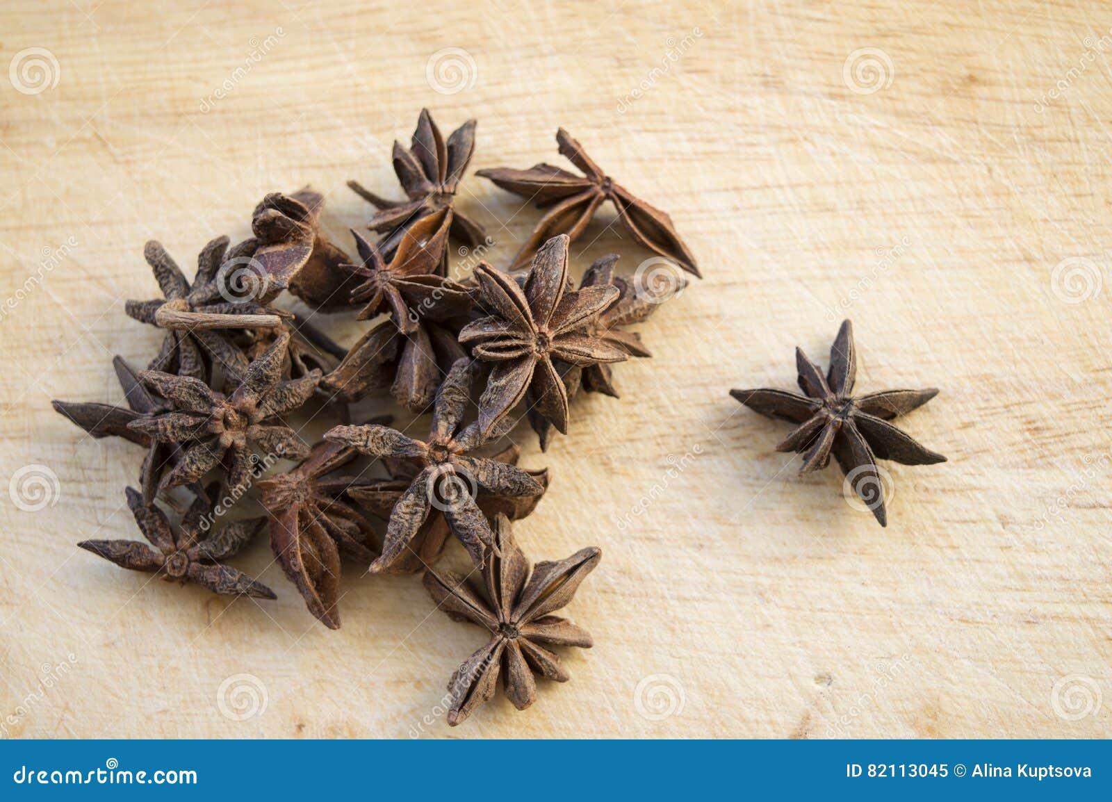 Ξηρά αστέρια γλυκάνισου στο ξύλινο υπόβαθρο
