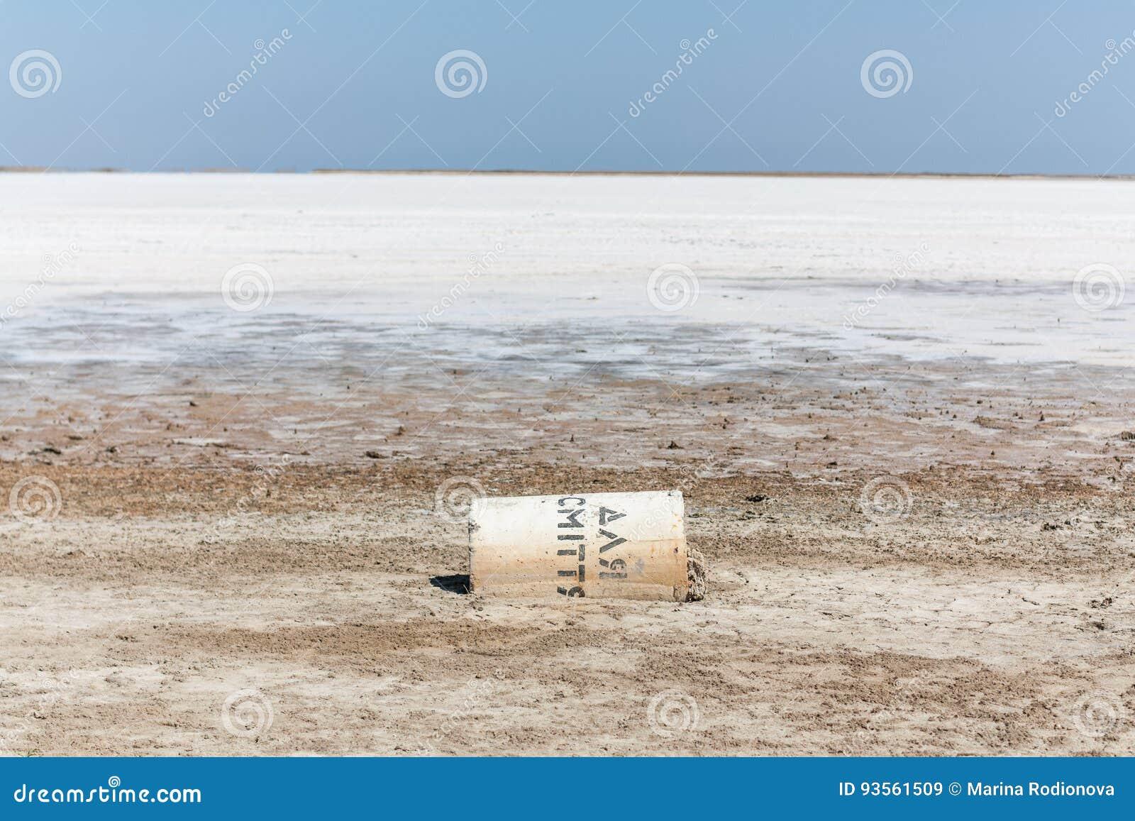 Ξηρά αλατισμένη λίμνη με ένα πεσμένο εμπορευματοκιβώτιο
