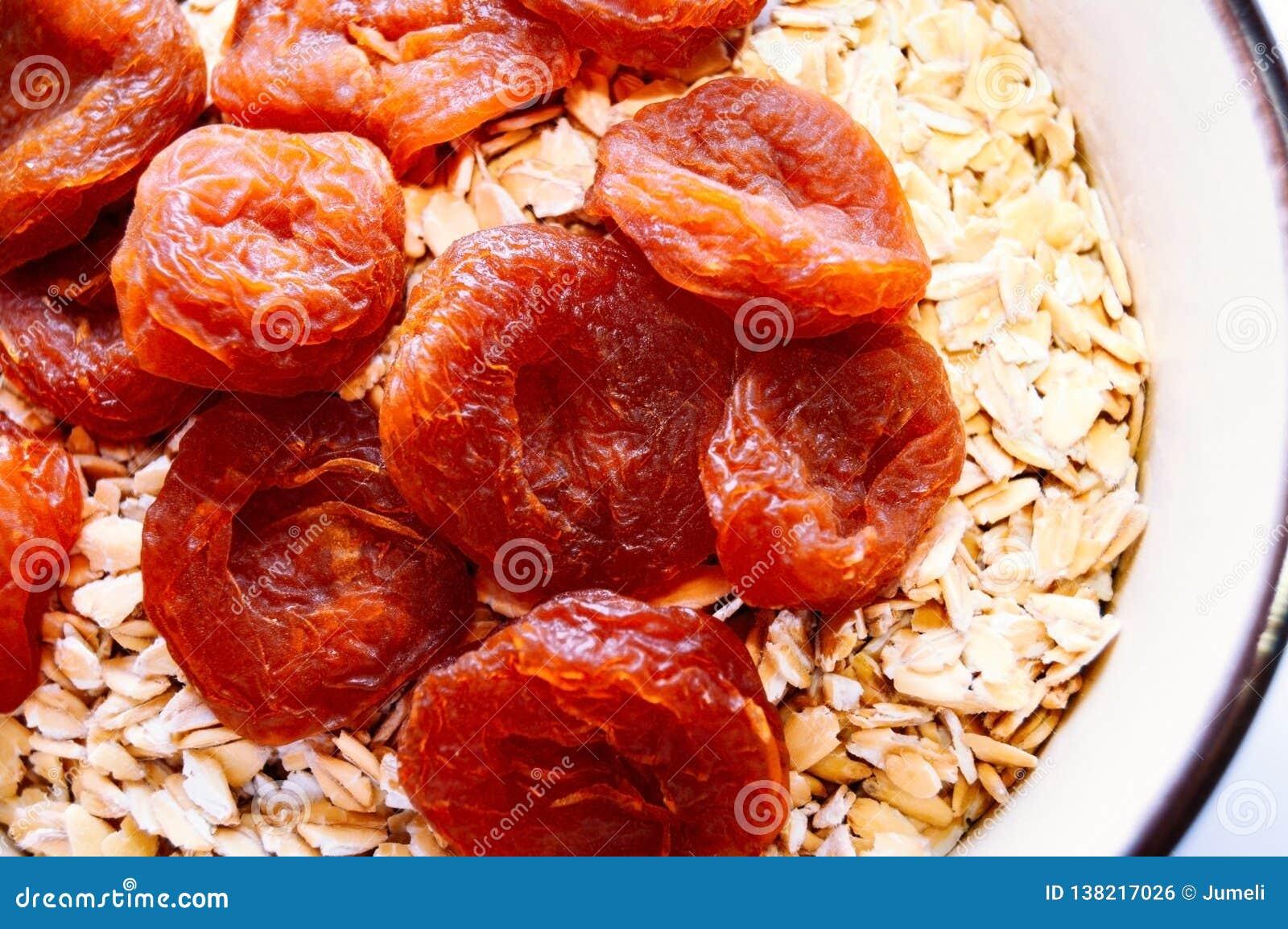 Ξηρά βερίκοκα και oatmeal σε ένα κύπελλο Τοπ όψη Κινηματογράφηση σε πρώτο πλάνο