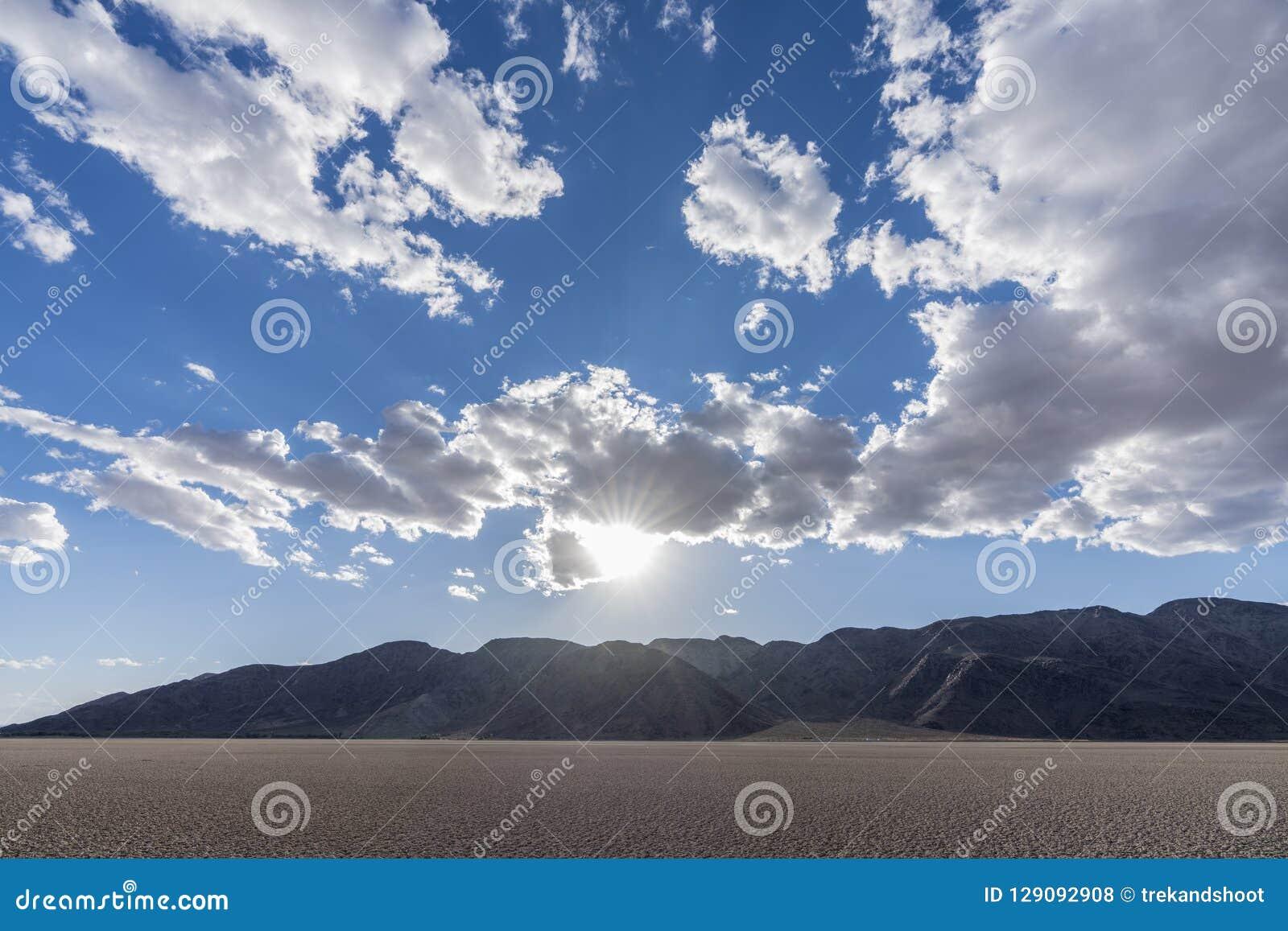 Ξηρά λίμνη σόδας κονσερβών Mojave εθνική με τα σύννεφα