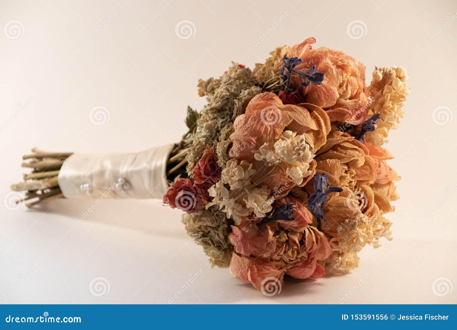 Ξηρά λουλούδια από τη γαμήλια ανθοδέσμη