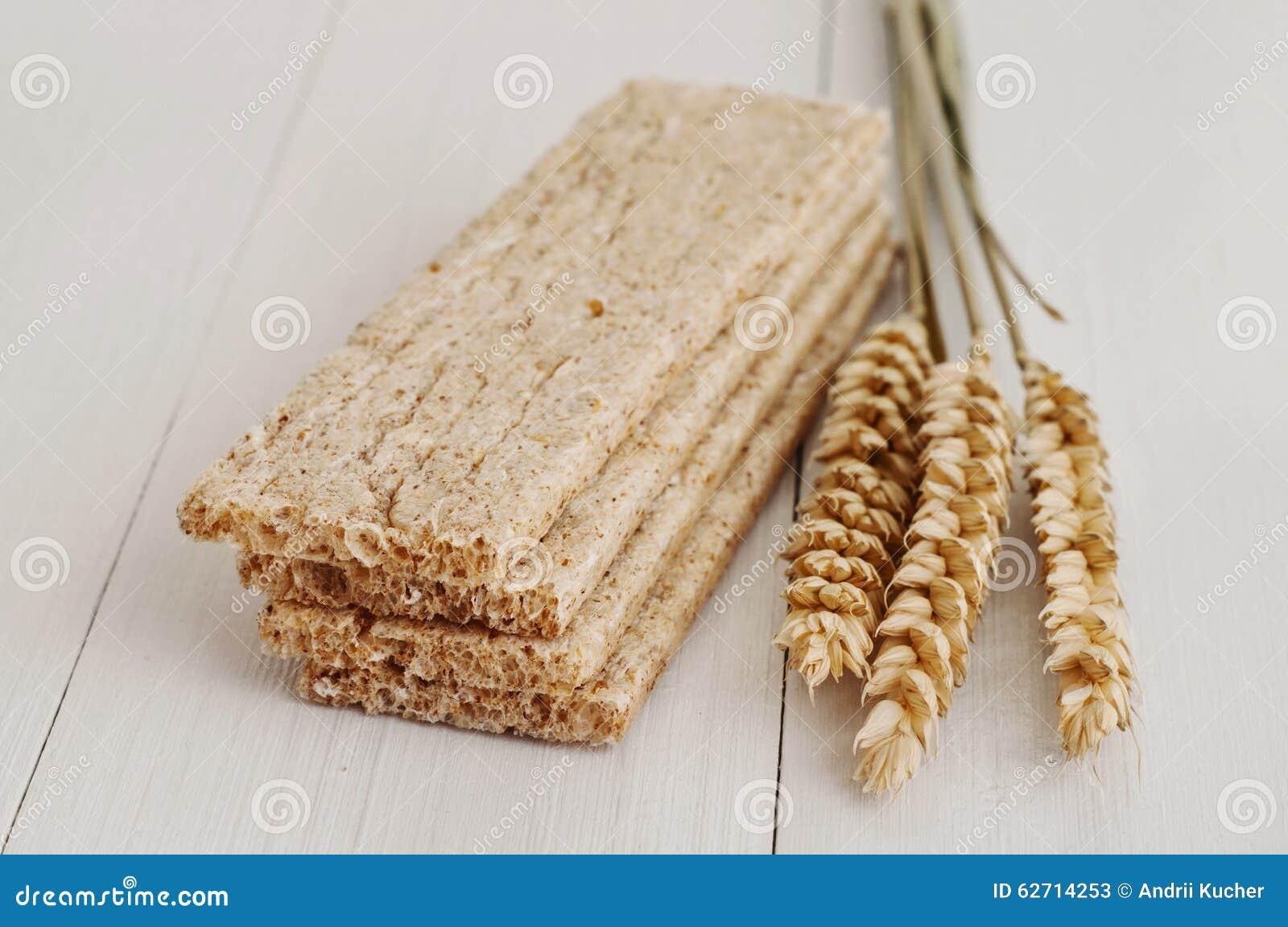 Ξηρά τραγανά ψωμιά διατροφής με τα αυτιά του σίτου