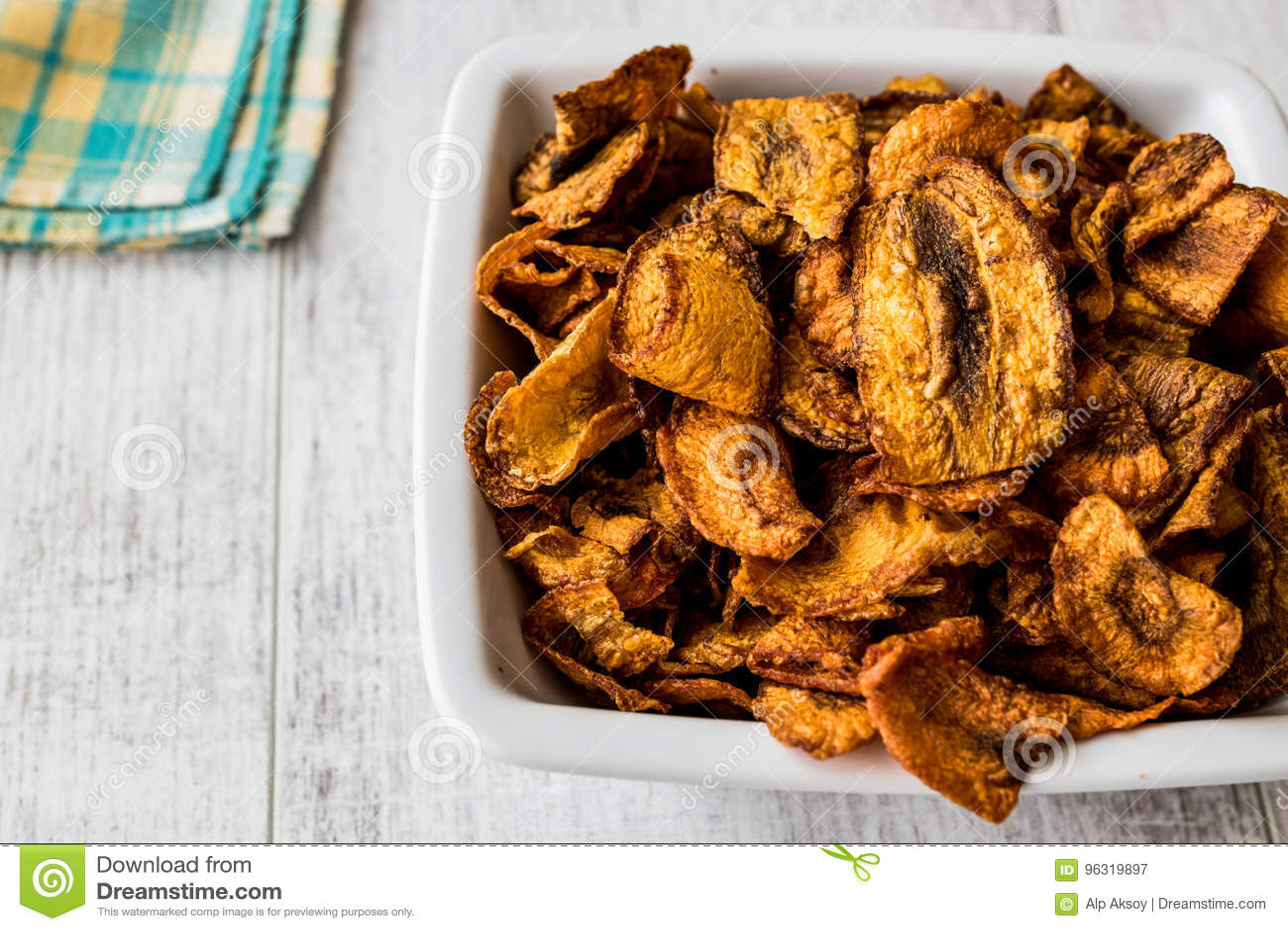 Ξηρά τσιπ καρότων στην άσπρη ξύλινη επιφάνεια