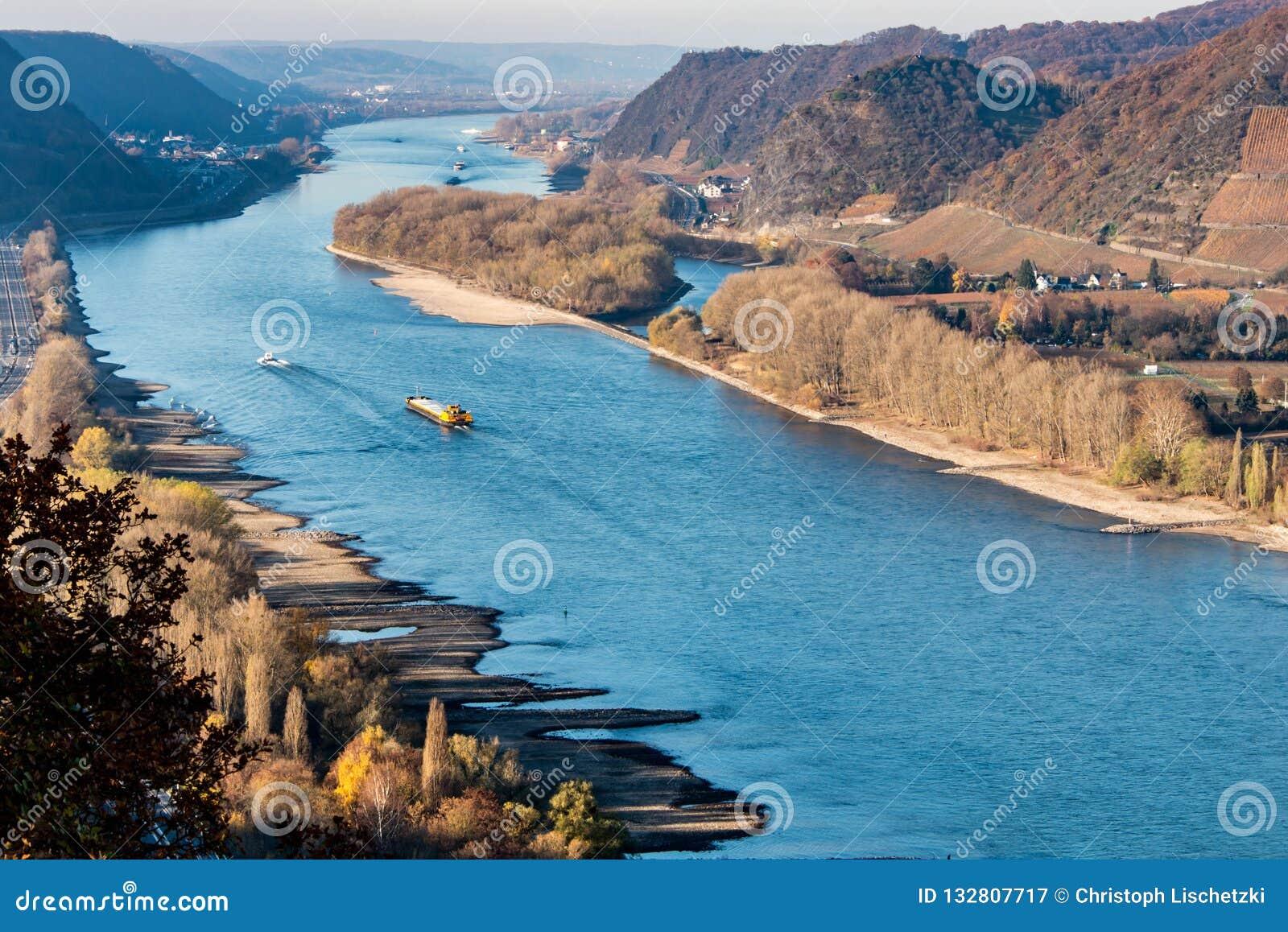 Ξηρασία στη Γερμανία, χαμηλό νερό του ποταμού του Ρήνου σκάφη φορτίου μεταφορών νερού andernach koblenz πλησίον στα influending