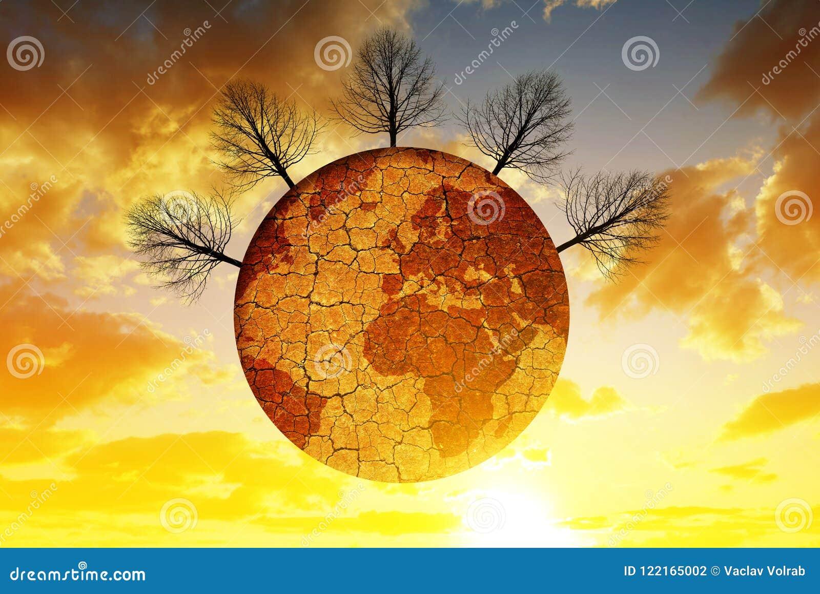Ξηρός πλανήτης με το ραγισμένο χώμα και τα άγονα δέντρα, στον ουρανό ηλιοβασιλέματος υποβάθρου