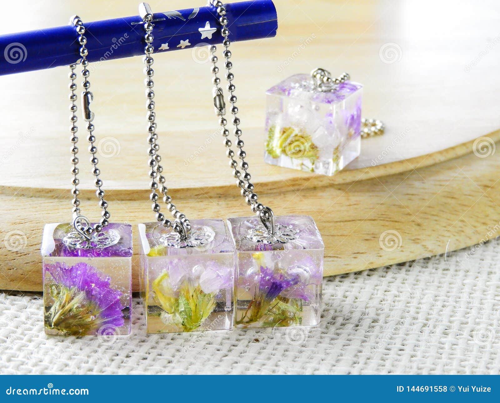 Ξηρό λουλούδι στο κρύσταλλο - σαφής ρητίνη