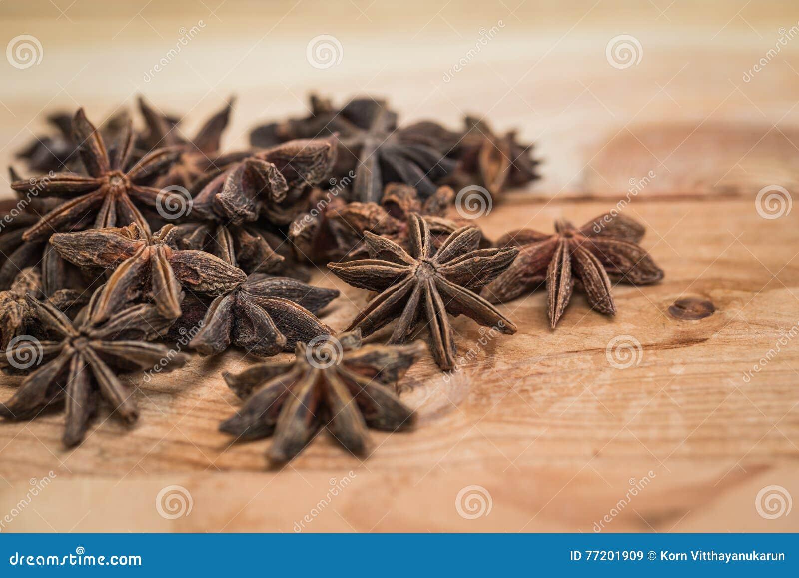 Ξηρό χορτάρι γλυκάνισου αστεριών στο ξύλο για το υπόβαθρο
