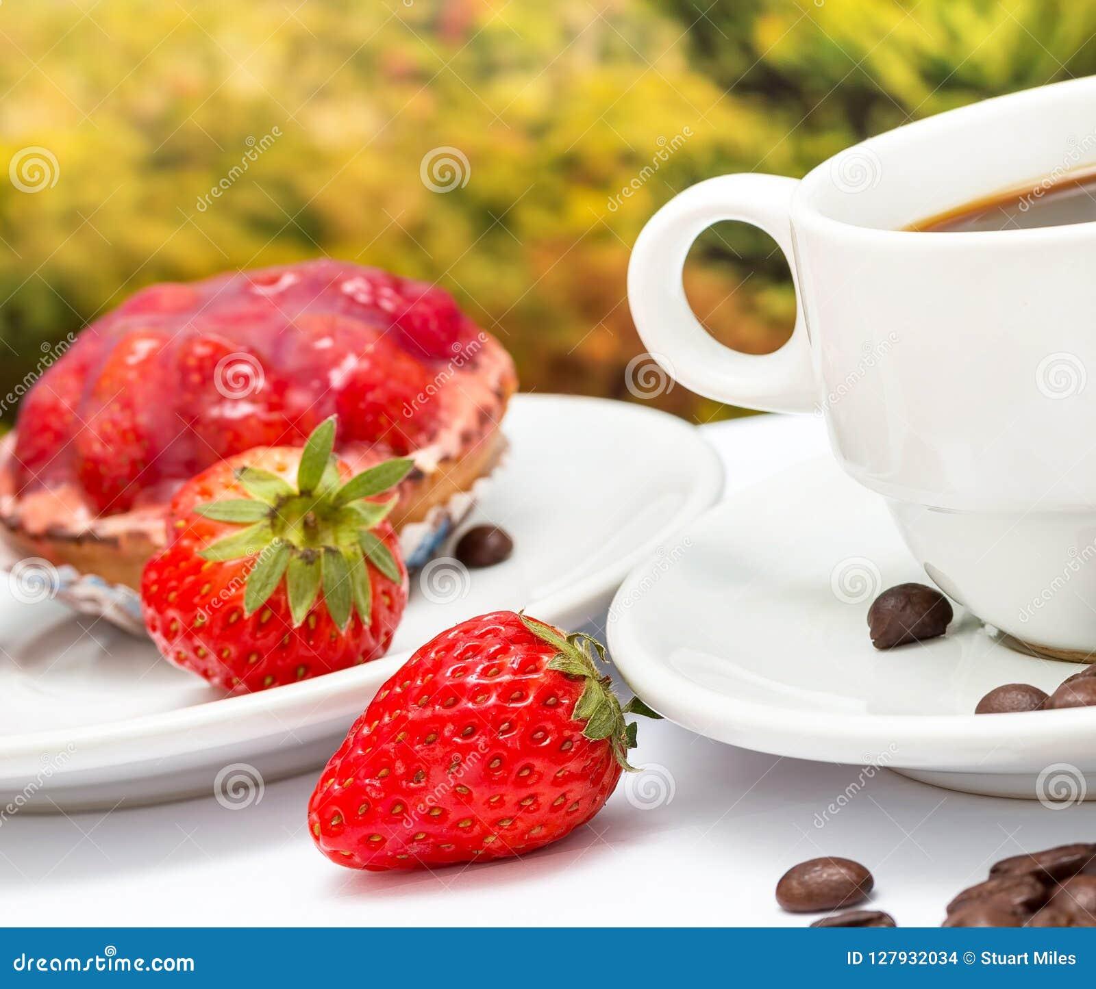 Ξινά πίτα και Decaf φραουλών μέσων ερήμων καφέ