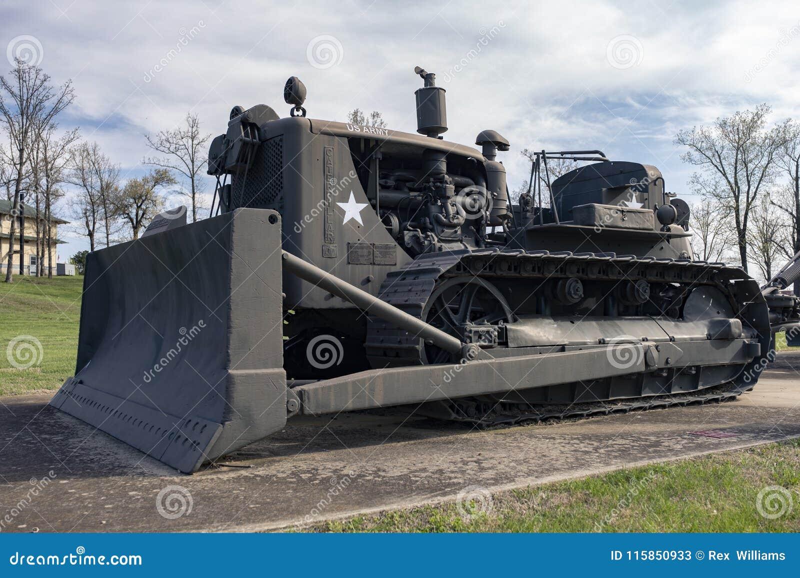ΞΥΛΟ ΤΟΥ LEONARD ΟΧΥΡΩΝ, MO 29 ΑΠΡΙΛΊΟΥ 2018: Στρατιωτικό τρακτέρ αντιολισθητικών αλυσίδων του Caterpillar D7