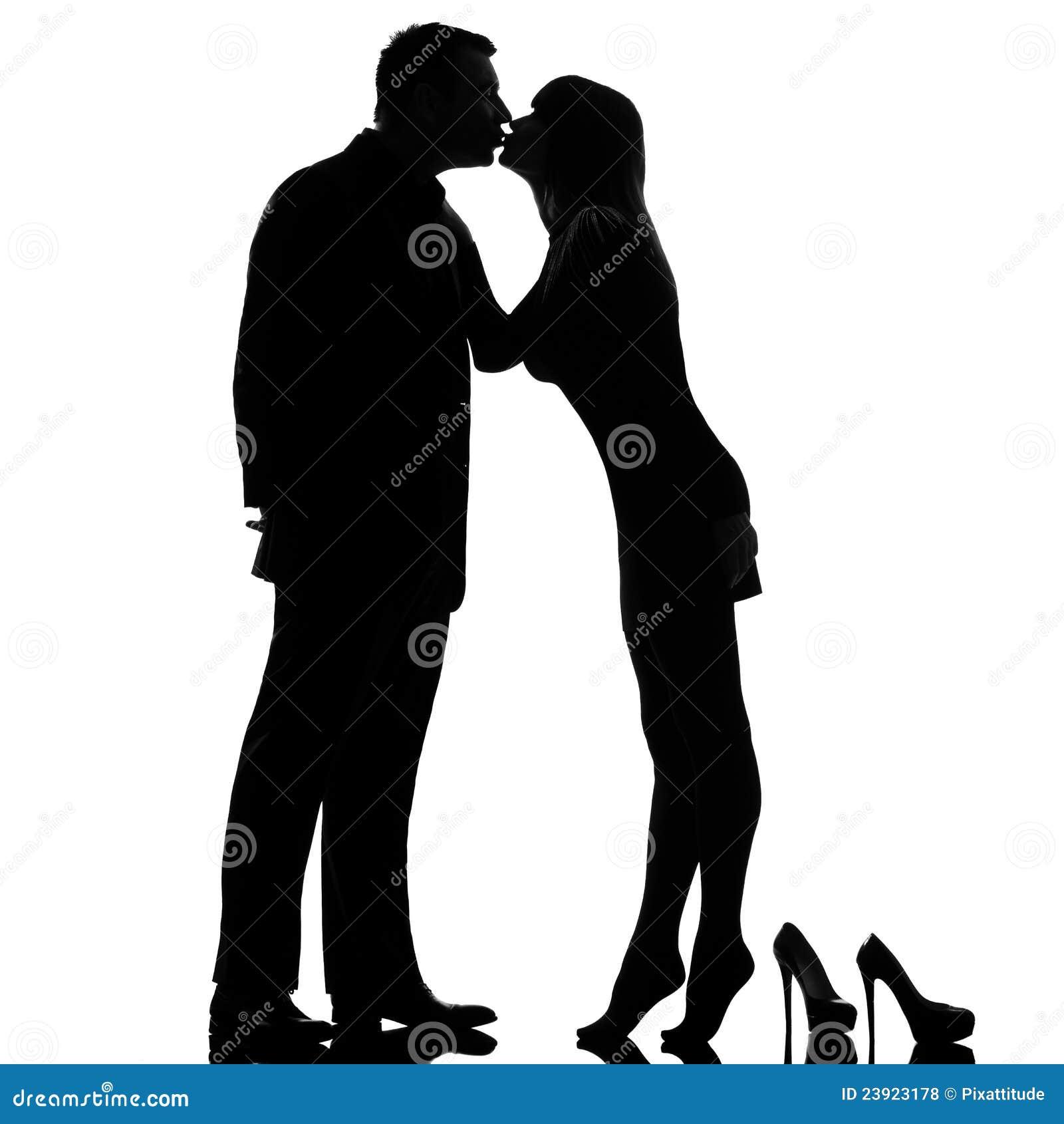 ξυπόλυτος φιλώντας άνδρας ένα ζευγών tiptoe γυναίκα