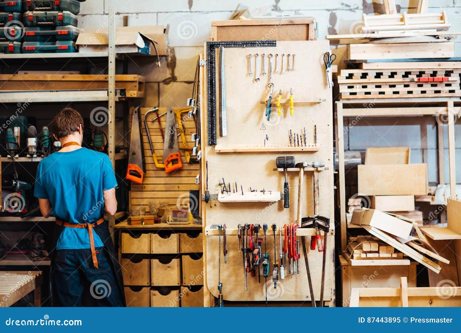 Ξυλουργός στο εργαστήριο