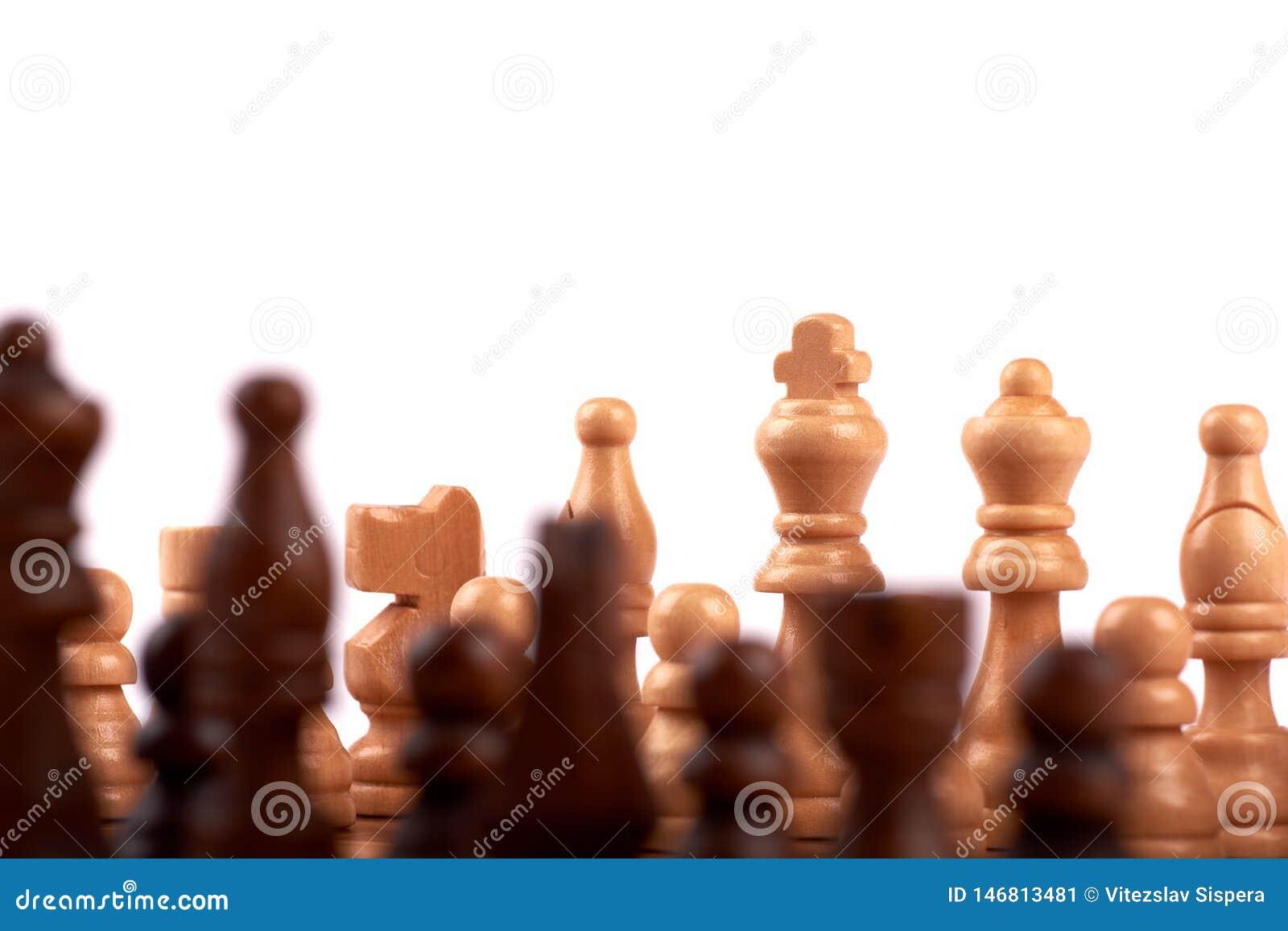 Ξύλινα κομμάτια σκακιού σε μια μονομαχία σε μια σκακιέρα Βασιλιάς, κυρία και σκοπευτές Από την ομάδα εστίασης των εχθρών o