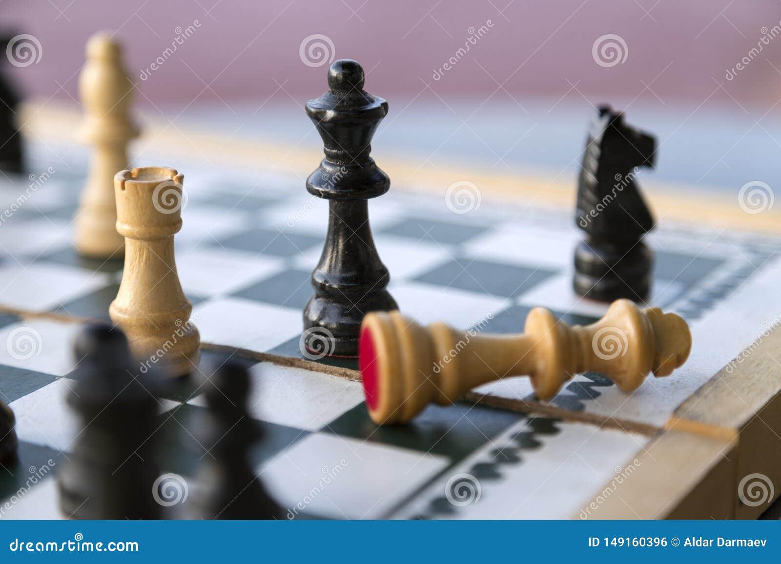 Ξύλινα κομμάτια σκακιού στη σκακιέρα, ματ