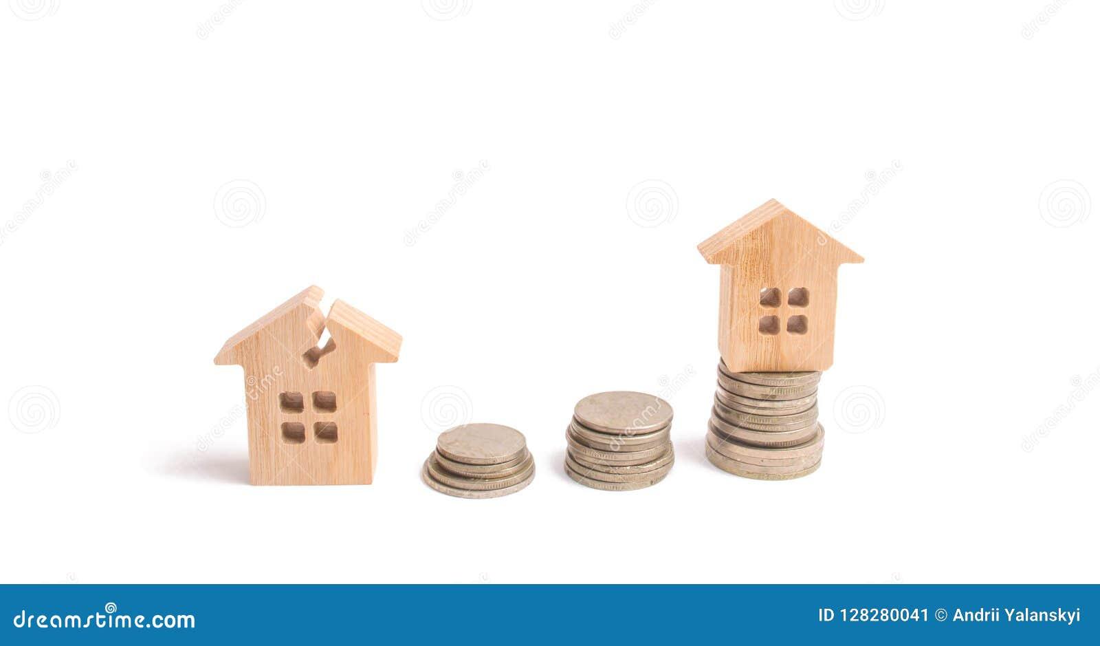 Ξύλινα σπίτια στους σωρούς των νομισμάτων Επένδυση στην επισκευή και την αποκατάσταση της κατοικίας εξέταση αύξηση χρημάτων