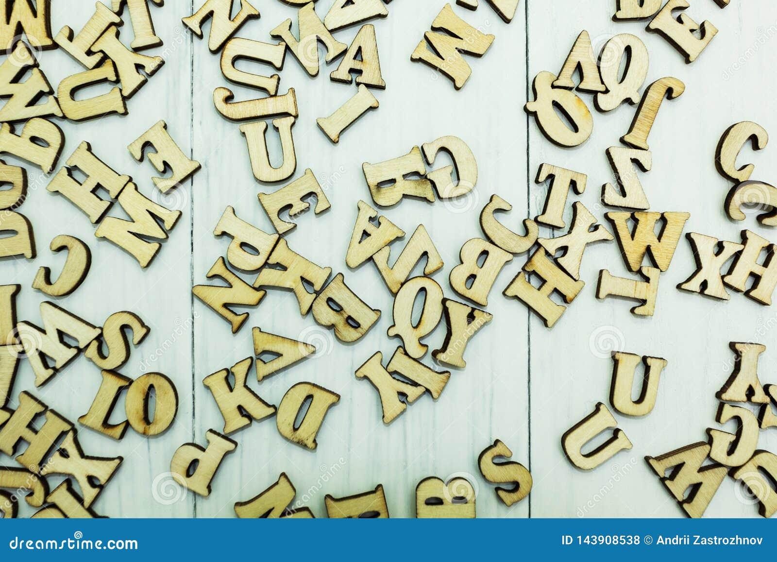 Ξύλινες επιστολές σε ένα άσπρο ξύλινο υπόβαθρο