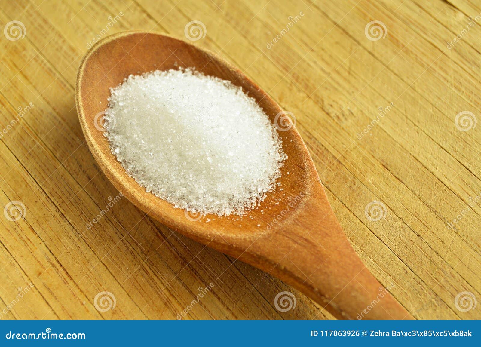 Ξύλινες κουτάλι και ζάχαρη