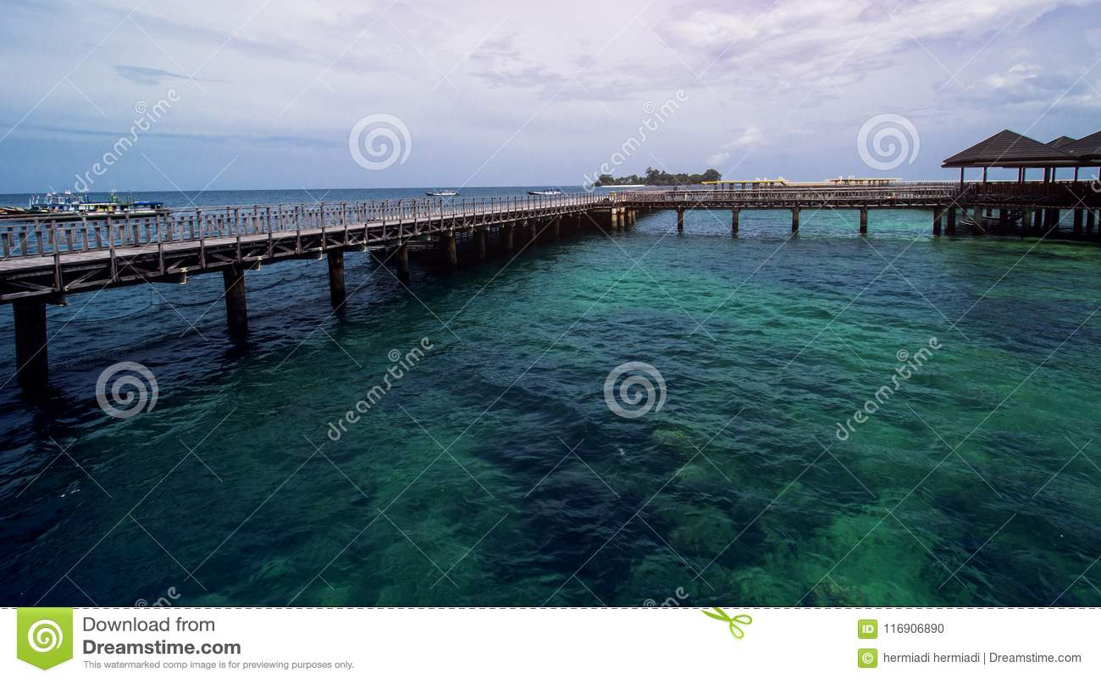 Ξύλινη αποβάθρα παραλιών ή ξύλινη αποβάθρα στην όμορφη τροπική παραλία