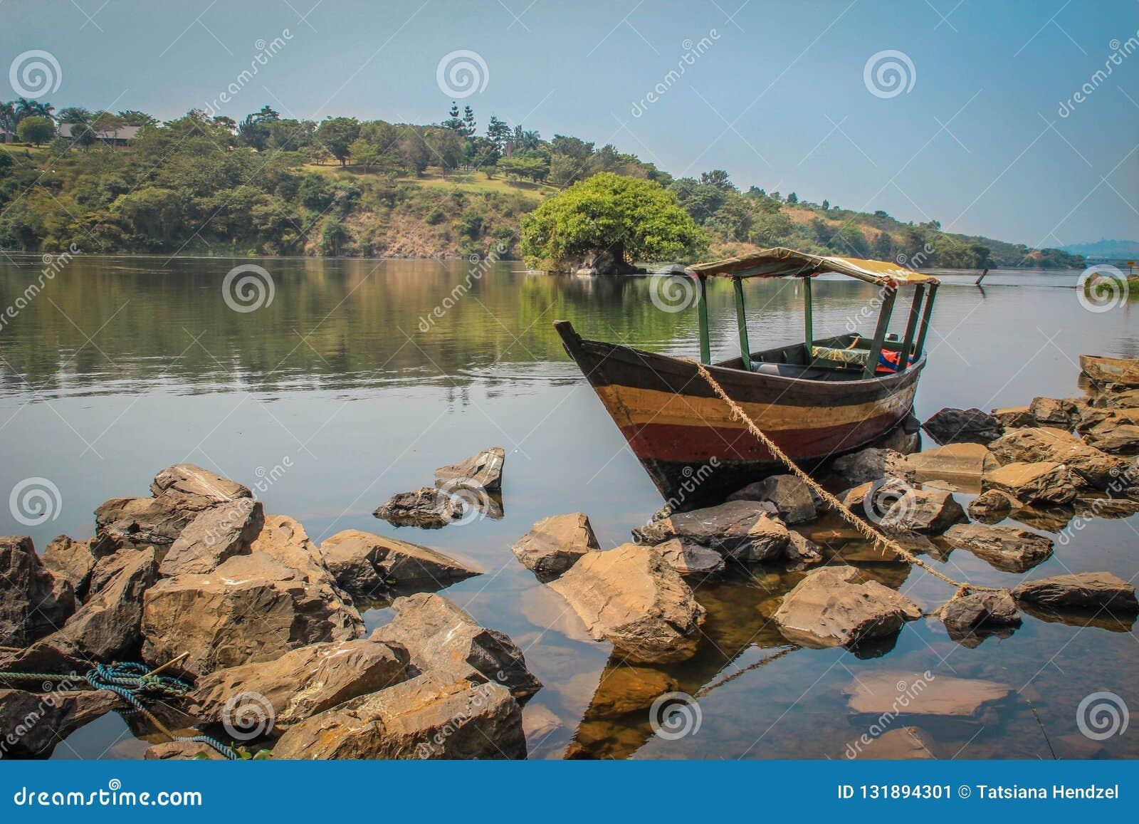 Ξύλινη βάρκα στον ποταμό του Νείλου
