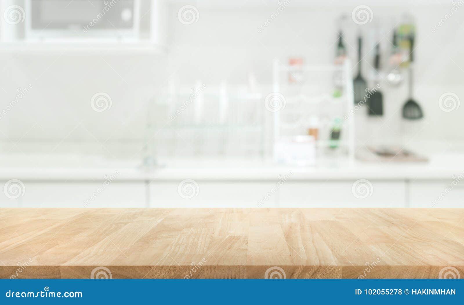 Ξύλινη επιτραπέζια κορυφή στο υπόβαθρο δωματίων κουζινών θαμπάδων