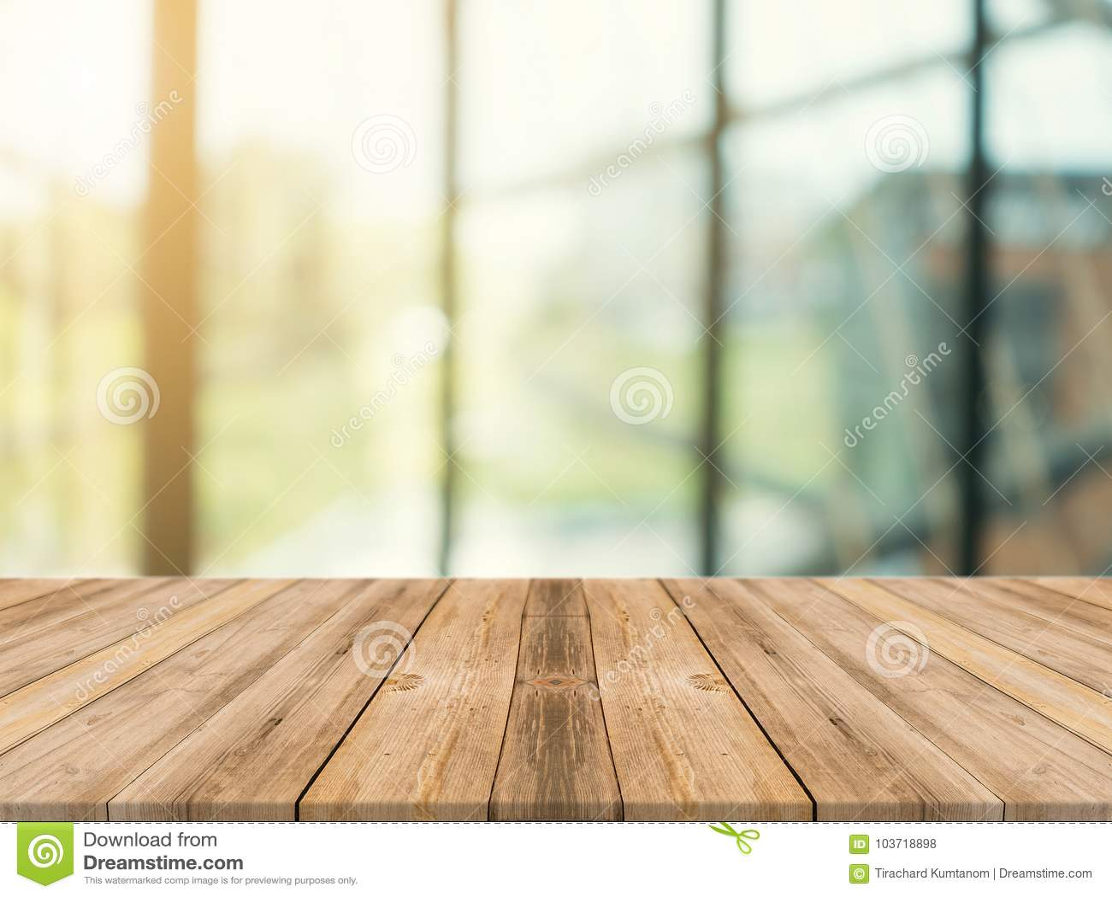 Ξύλινη κενή επιτραπέζια κορυφή πινάκων επάνω του θολωμένου υποβάθρου Καφετής ξύλινος πίνακας προοπτικής πέρα από τη θαμπάδα στο υ