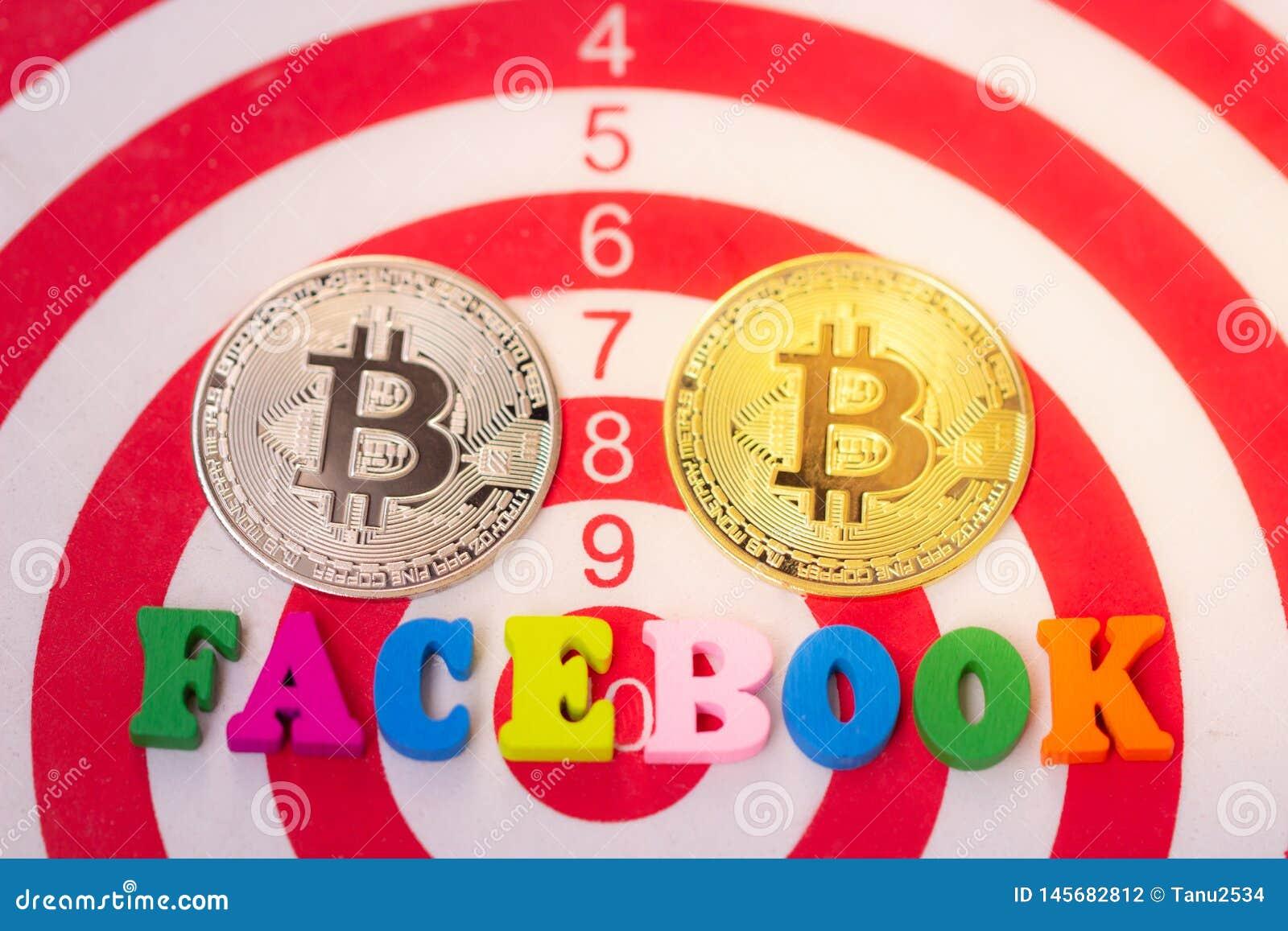 Ξύλινη λέξη Facebook και δύο Cryptocurrency bitcoin στο άσπρο υπόβαθρο Facebook και bitcoin