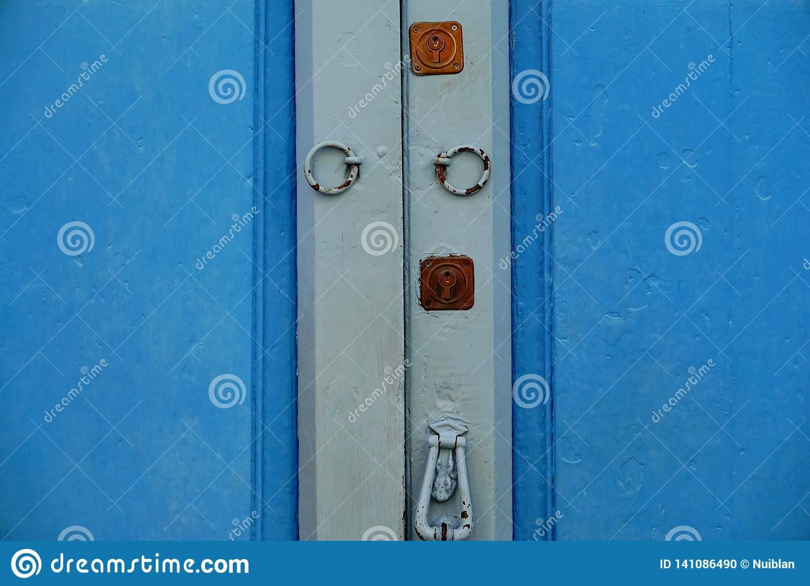 Ξύλινη πόρτα με την κλειδαριά και τα ρόπτρα