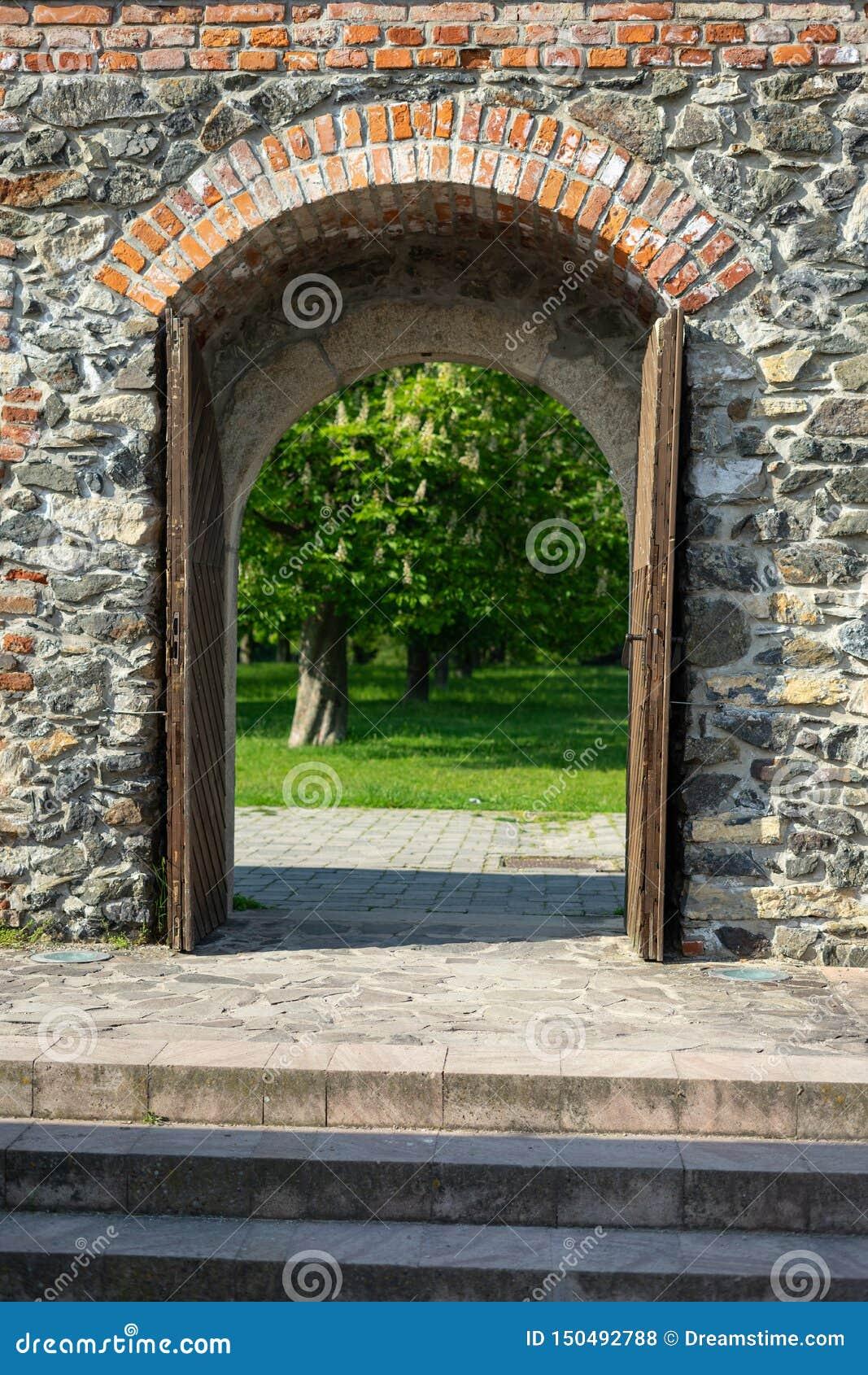 Ξύλινη πόρτα του Castle που οδηγεί στον κήπο