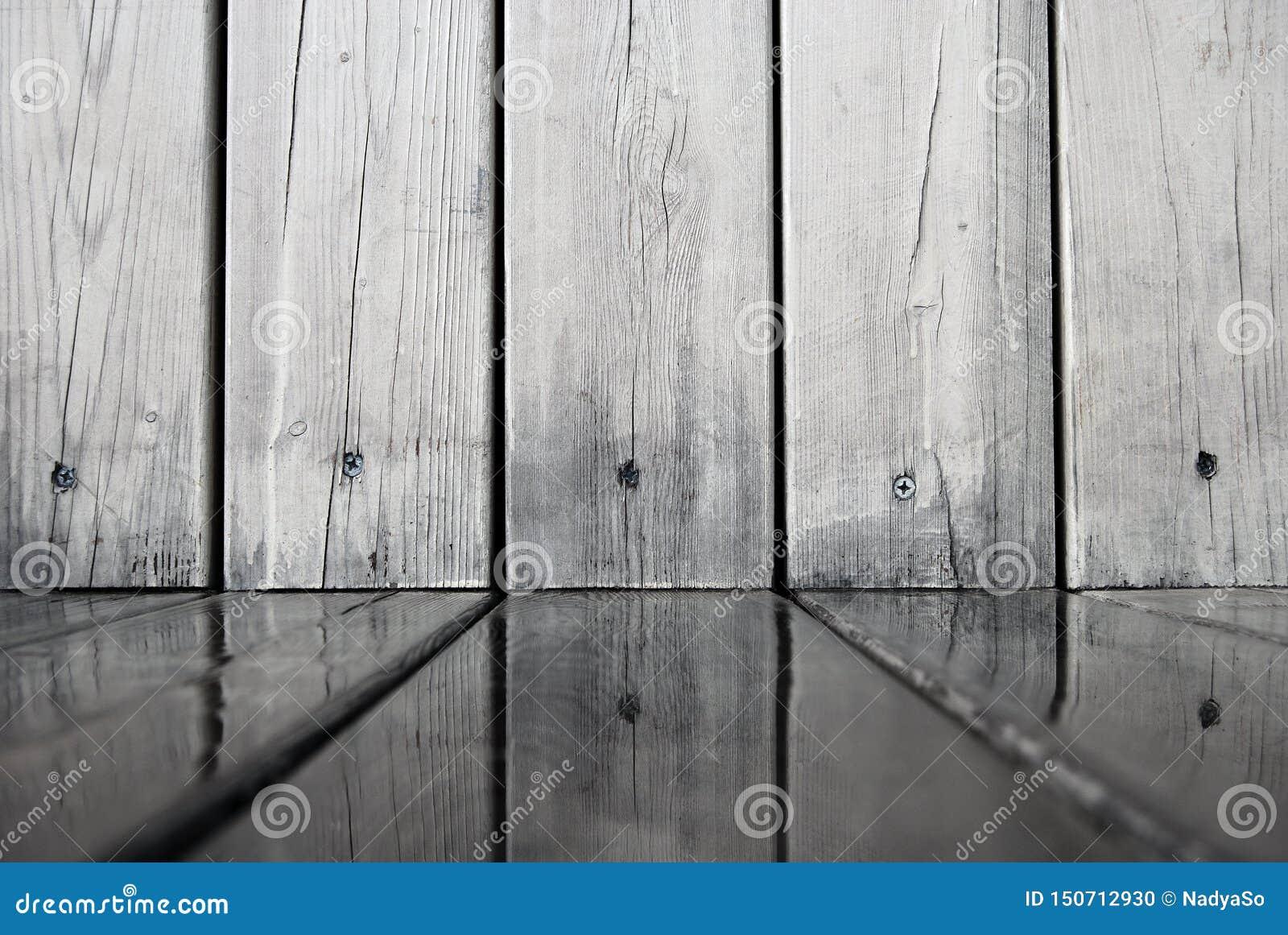 Ξύλινοι πίνακες τοίχου που απεικονίζονται στο νερό στο πάτωμα