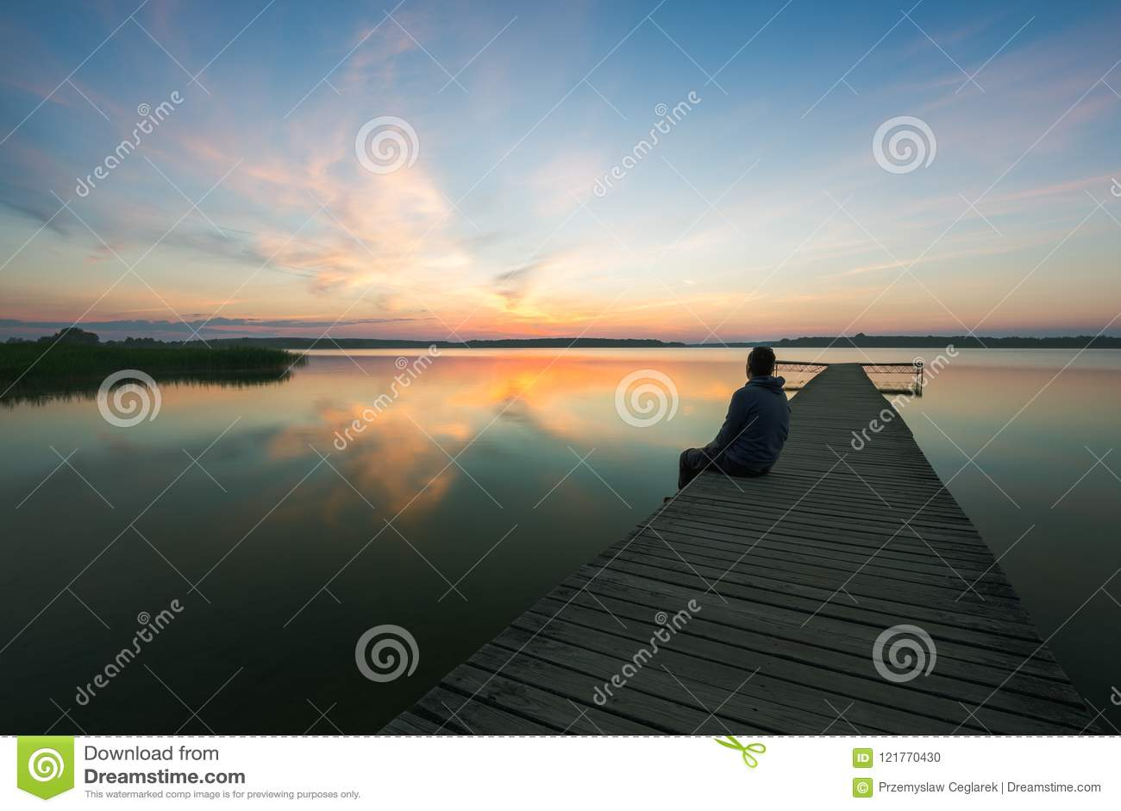 Ξύλινος λιμενοβραχίονας στη λίμνη