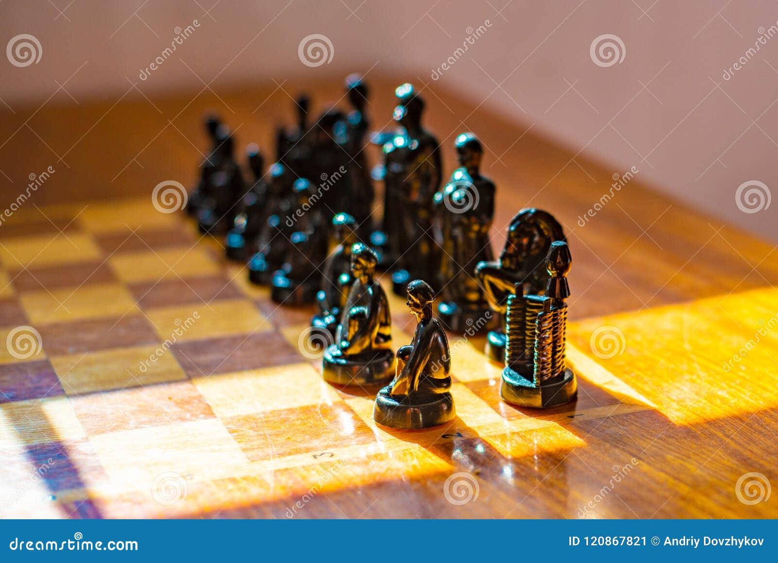 Ξύλινος πίνακας με το σκάκι στο δωμάτιο παιχνιδιών