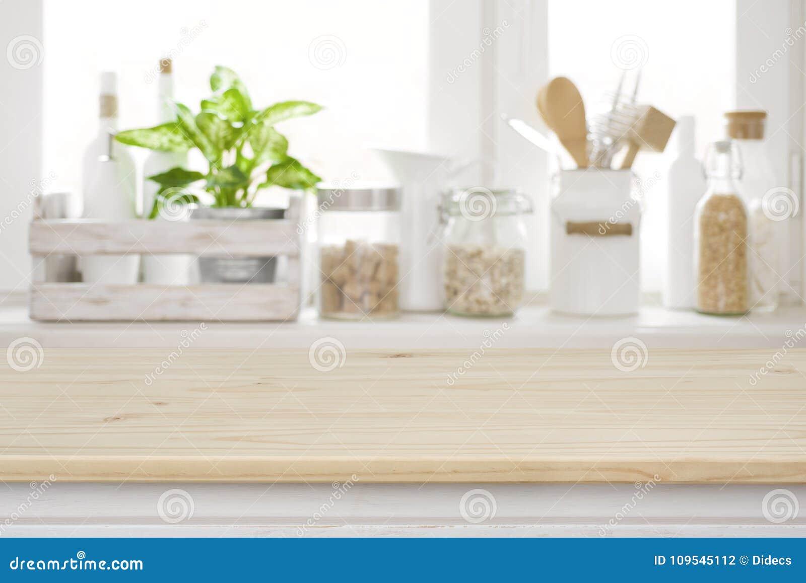 Ξύλινος πίνακας πέρα από τη θολωμένη στρωματοειδή φλέβα παραθύρων κουζινών για την επίδειξη προϊόντων
