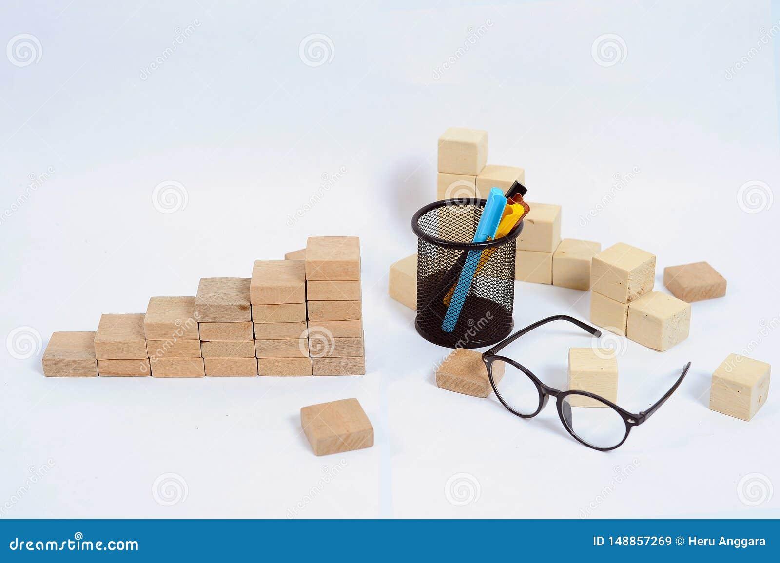 Ξύλινος φραγμός που συσσωρεύει ως σκαλοπάτι βημάτων στον ξύλινο πίνακα Επιχειρησιακή έννοια για τη διαδικασία επιτυχίας αύξησης μ