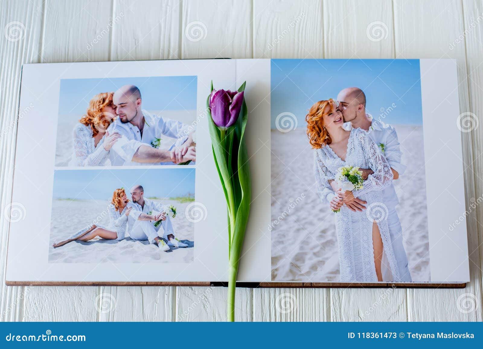 Ξύλινο βιβλίο γαμήλιων φωτογραφιών ευτυχείς νεολαίες αγάπης ζευγών Περπάτημα νυφών και νεόνυμφων της ημέρας γάμου