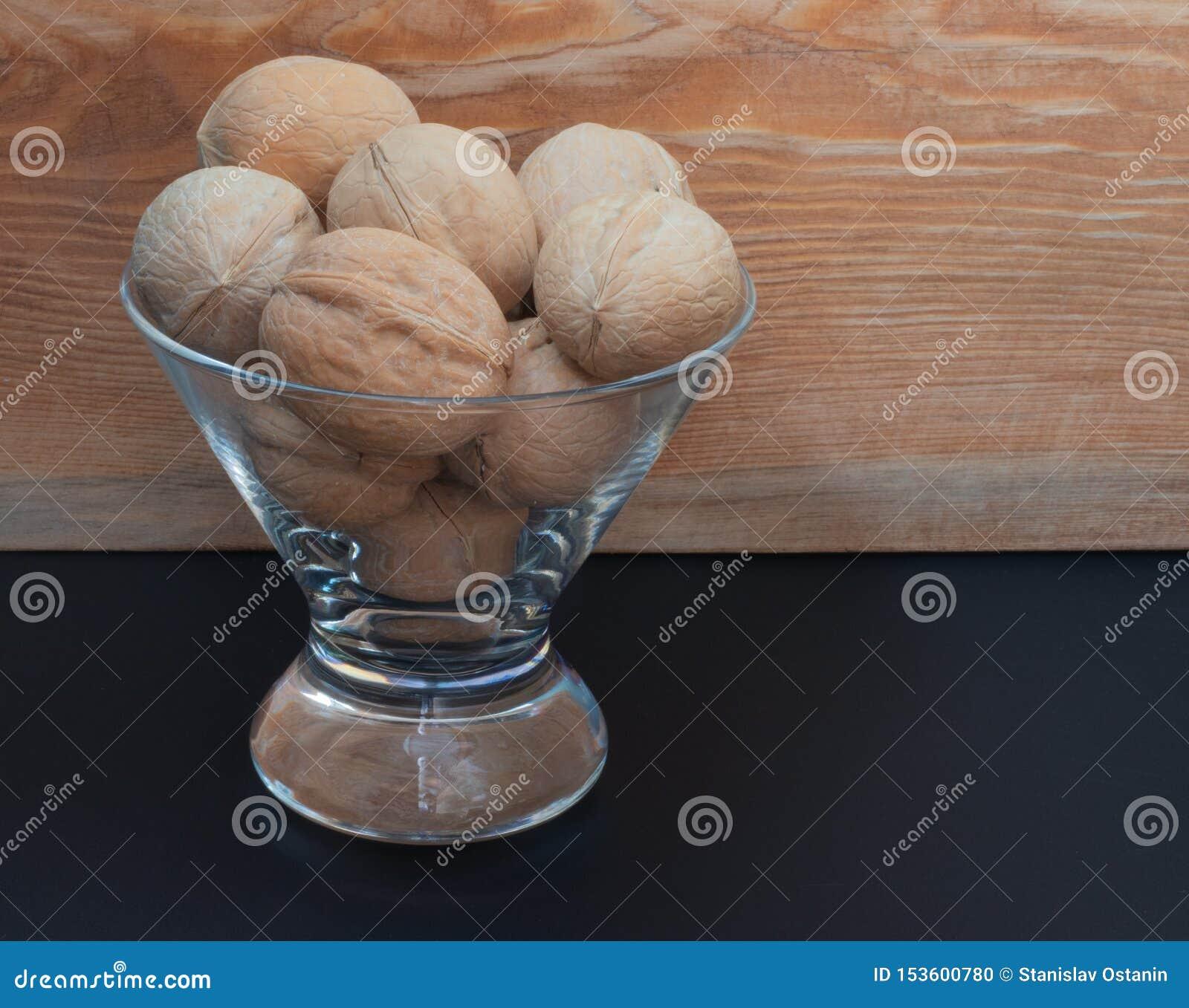 ξύλο καρυδιάς σε ένα κύπελλο γυαλιού