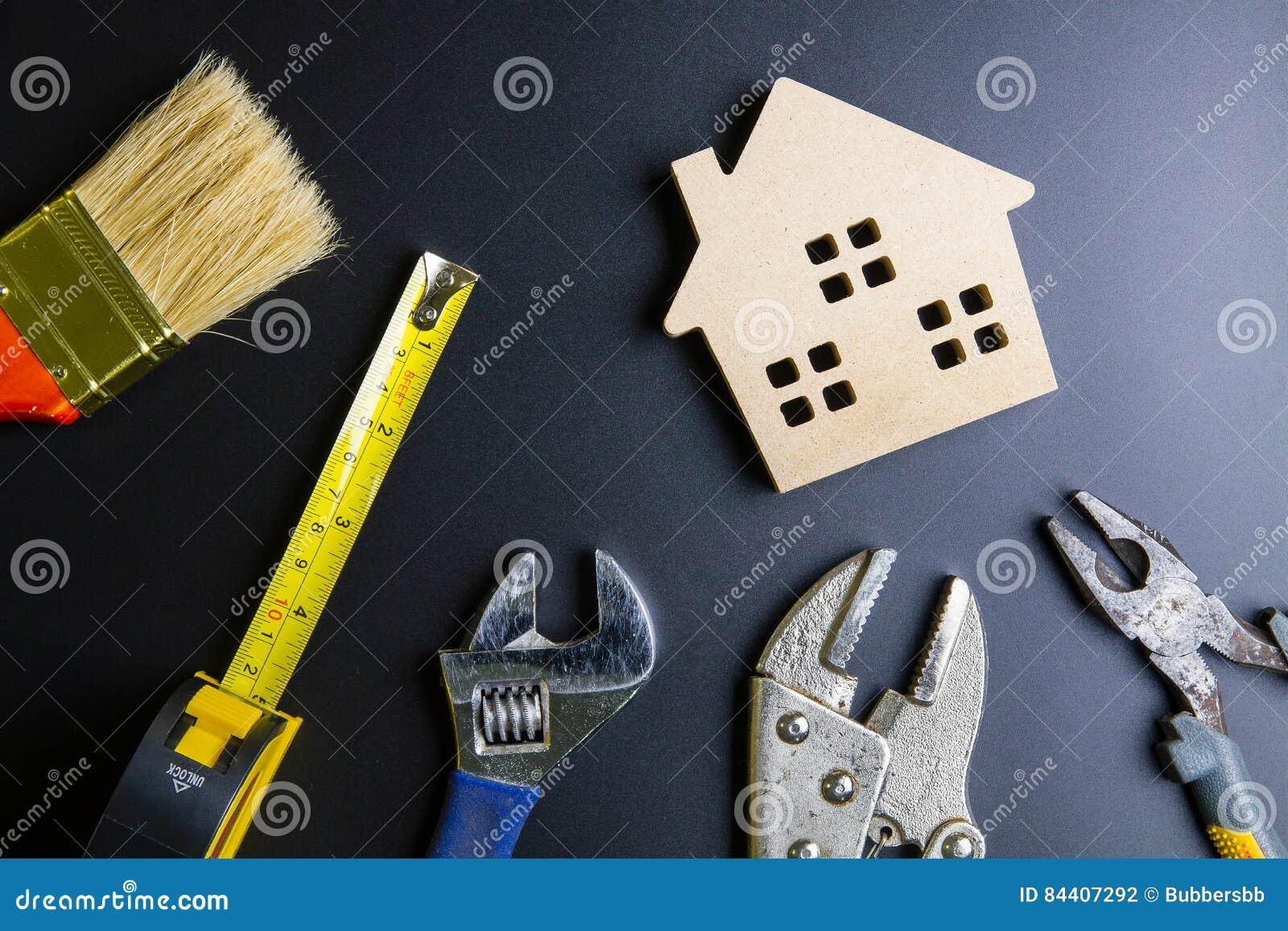 5809c78012a9 Ξύλινα εργαλεία παιχνιδιών και κατασκευής σπιτιών στο μαύρο υπόβαθρο ...