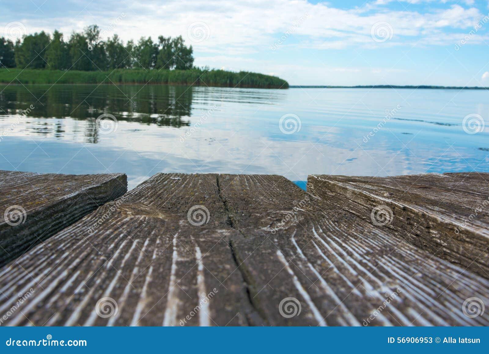 Ξύλινες διαβάσεις πεζών και άποψη του ποταμού