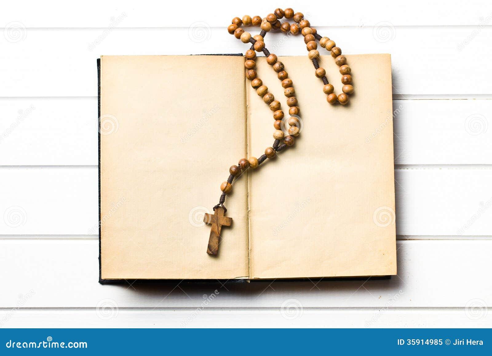 Ξύλινες rosary χάντρες με το παλαιό βιβλίο