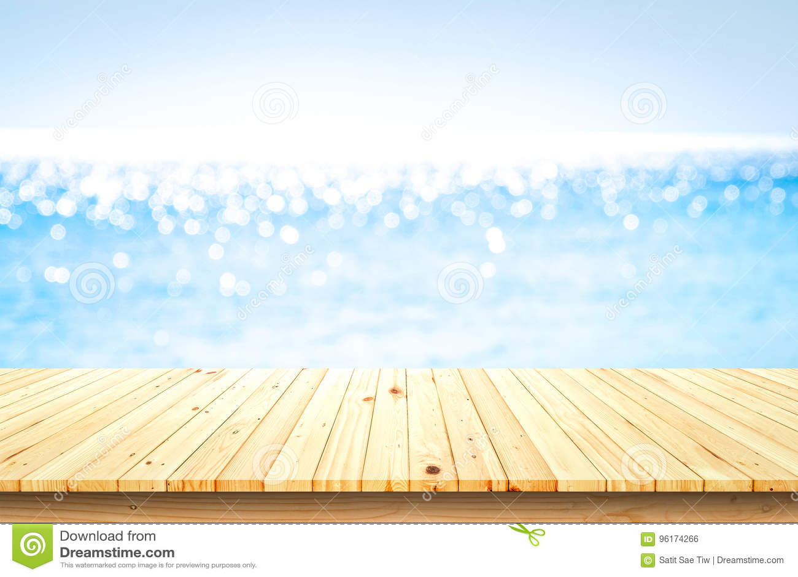 Ξύλινη επιτραπέζια κορυφή στο θολωμένο υπόβαθρο θάλασσας