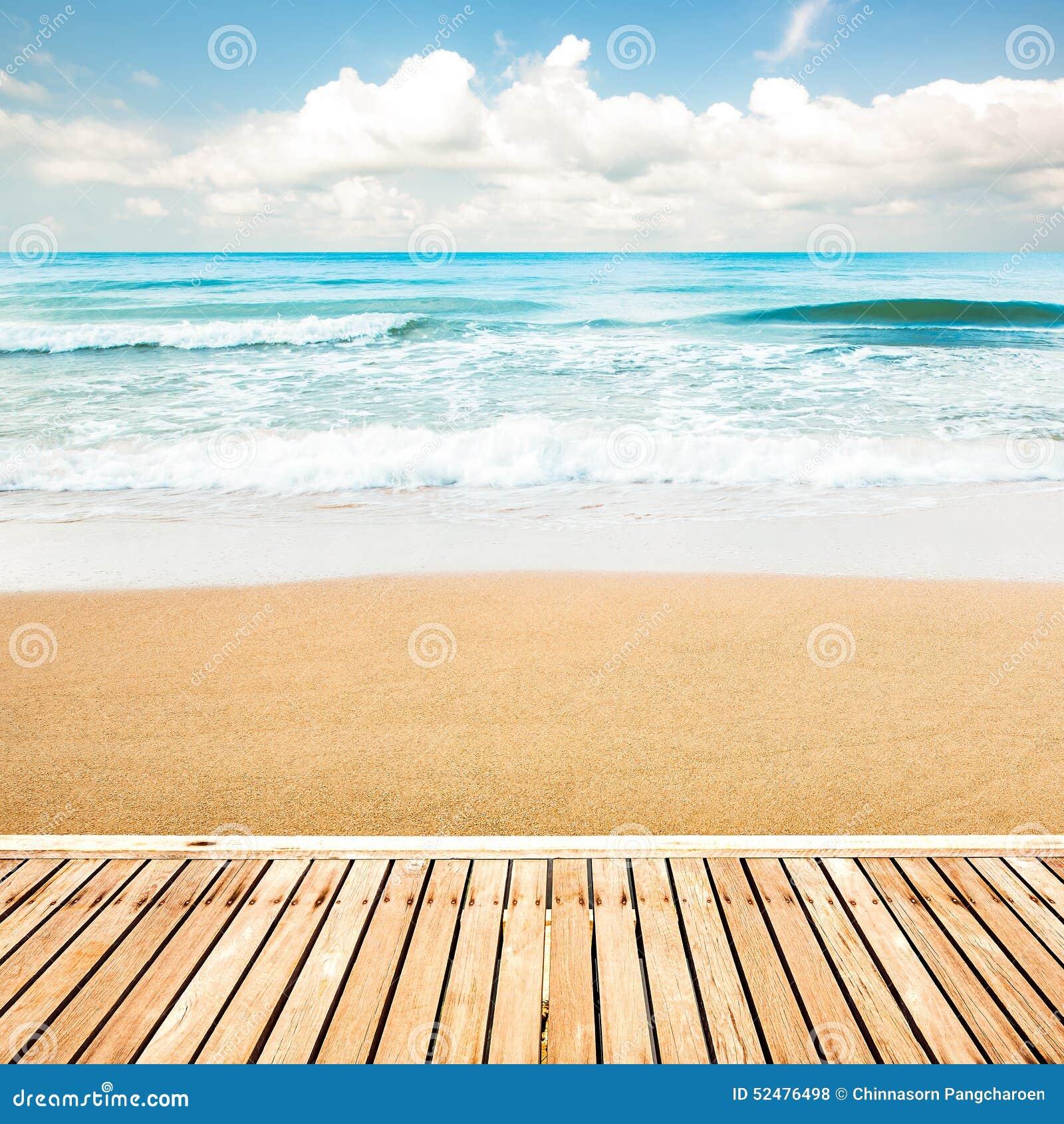 Ξύλινη διάβαση πεζών στην παραλία