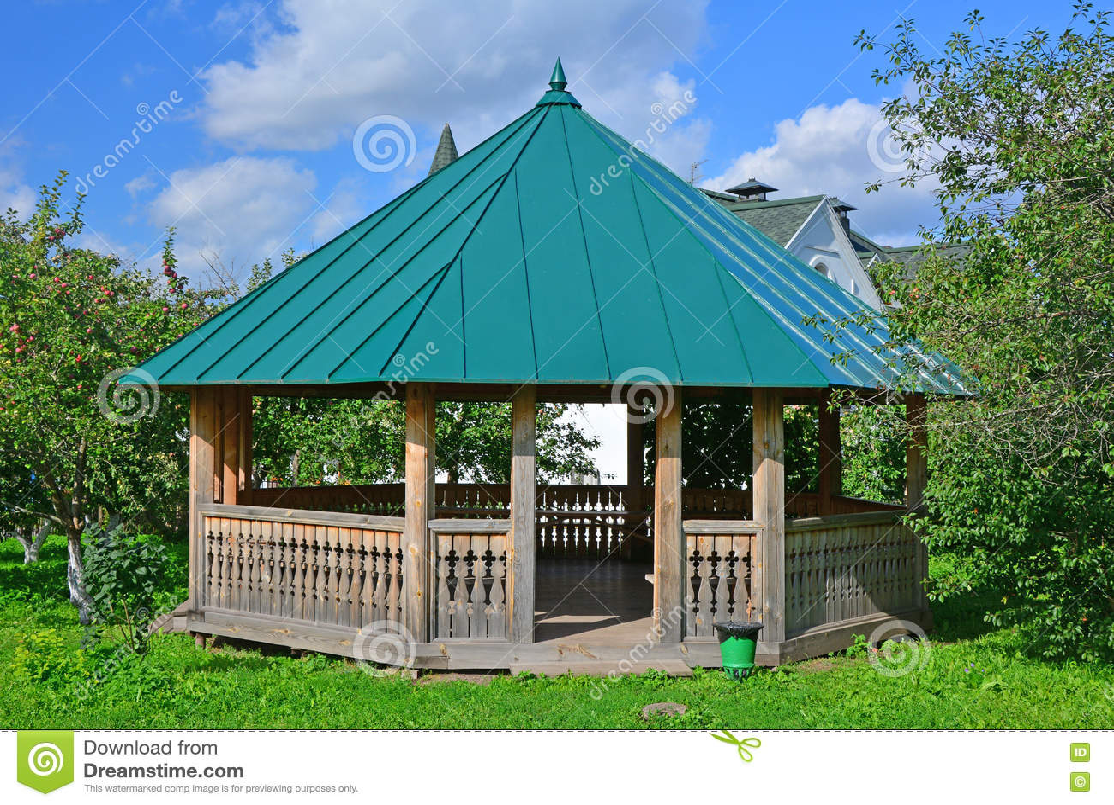 Ξύλινη πέργκολα για τους επισκέπτες στο μουσείο της ξύλινης αρχιτεκτονικής στο Σούζνταλ, Ρωσία