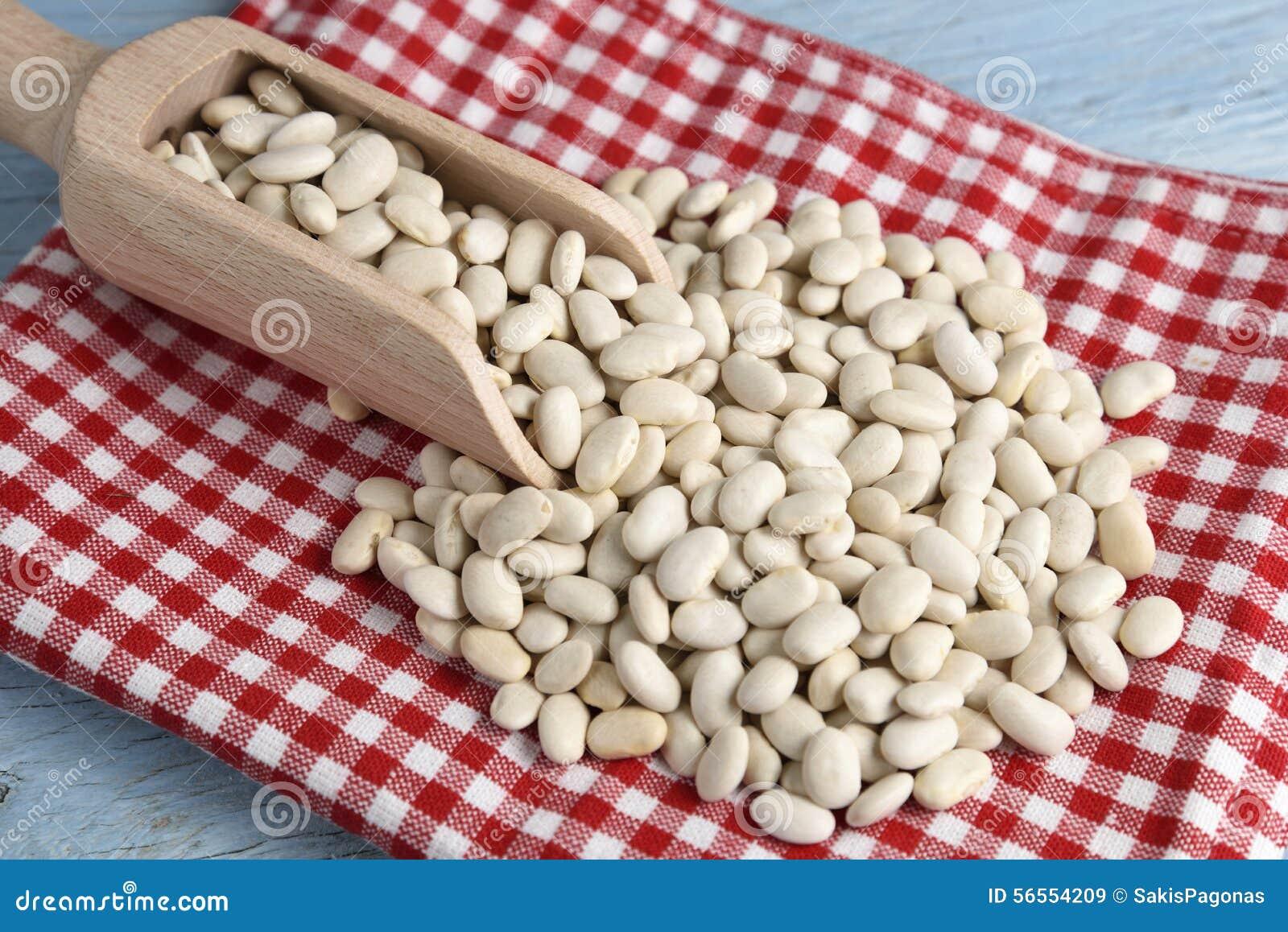 Download Ξύλινη σέσουλα με τα άσπρα φασόλια Στοκ Εικόνα - εικόνα από κόκκινος, διατροφή: 56554209