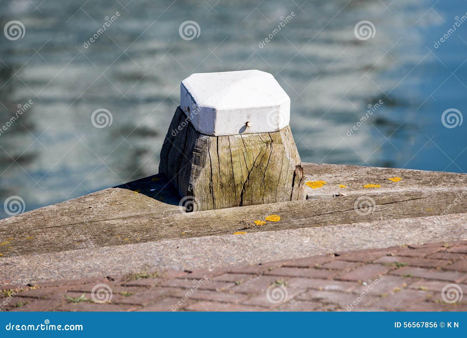 Download Ξύλινος με τον άσπρο στυλίσκο στο λιμάνι Στοκ Εικόνες - εικόνα από χάγη, δάσος: 56567856
