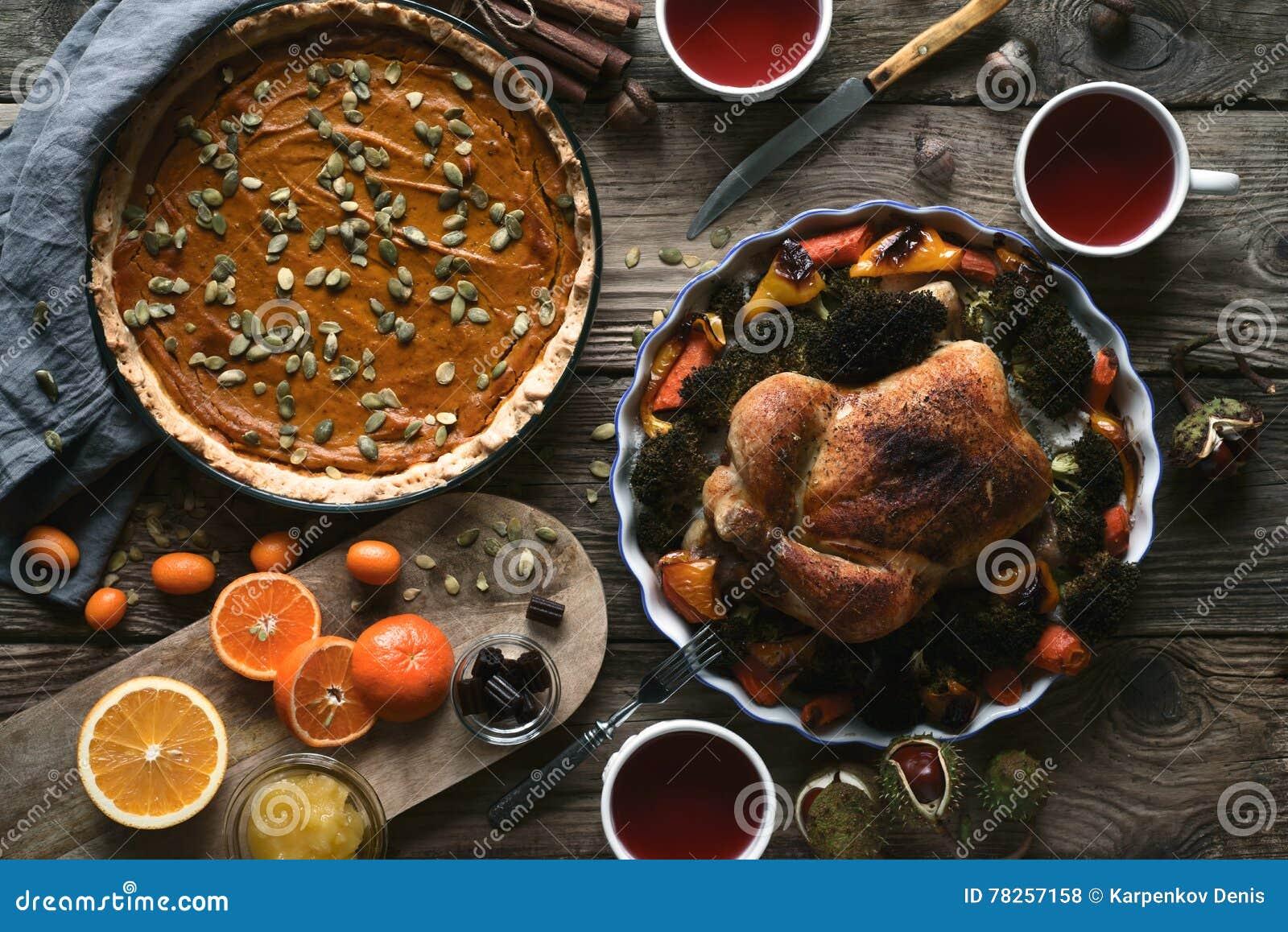 Ξύλινος πίνακας που εξυπηρετείται για τη τοπ άποψη γευμάτων ημέρας των ευχαριστιών